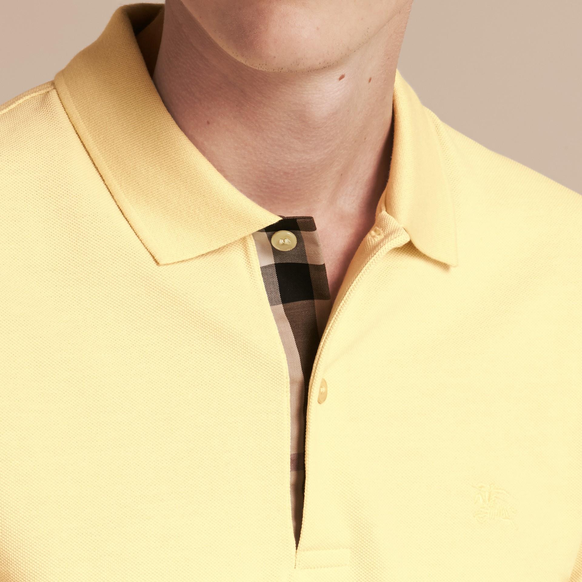 Camisa polo de algodão piquê com tira de botões xadrez (Amarelo Baunilha) - Homens | Burberry - galeria de imagens 5