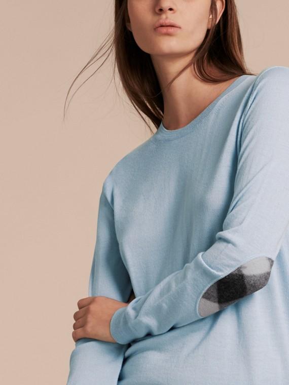 Pullover girocollo in lana Merino con dettagli tartan Blu Fiordaliso Pallido