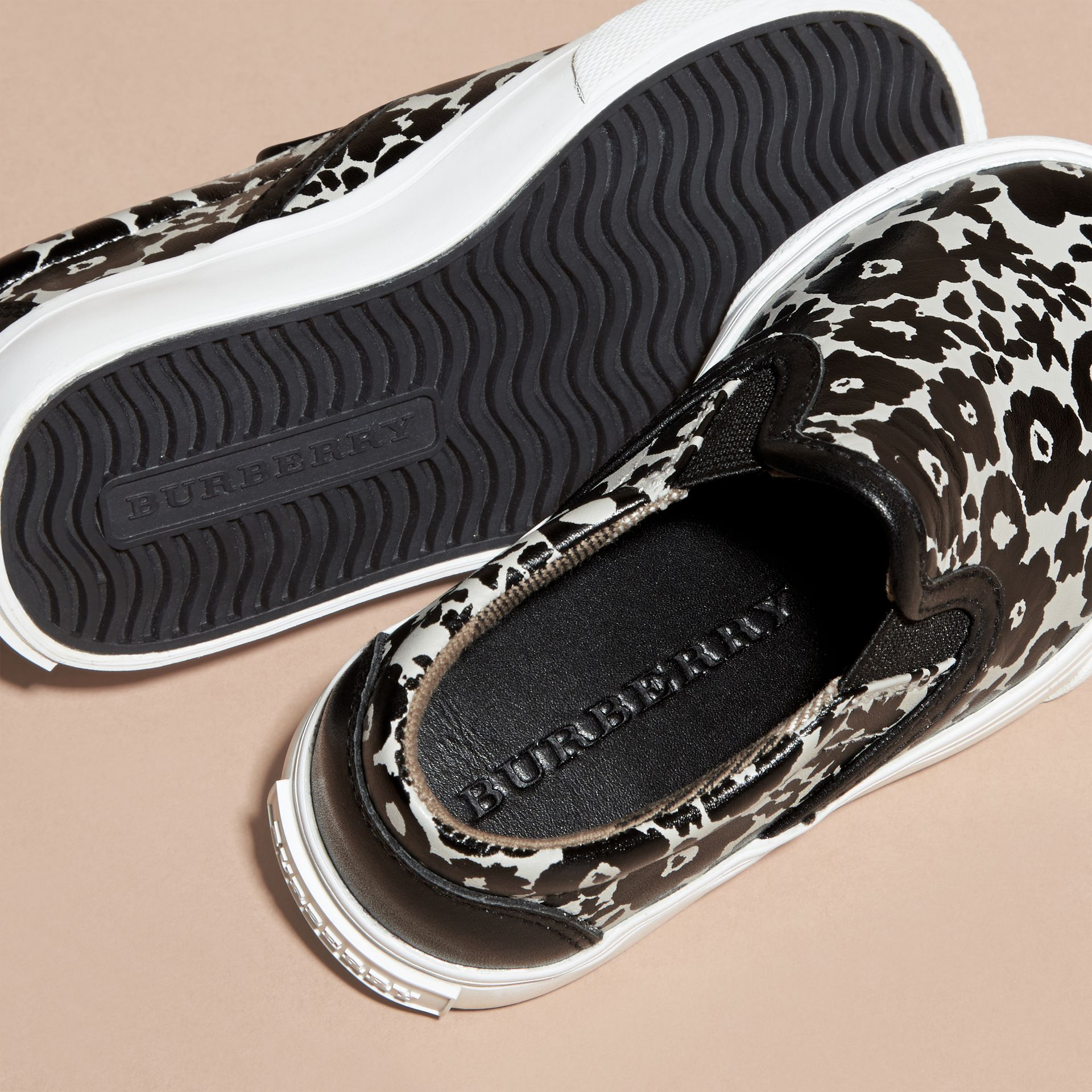 Noir/blanc Sneakers sans lacets en cuir à imprimé floral - photo de la galerie 2