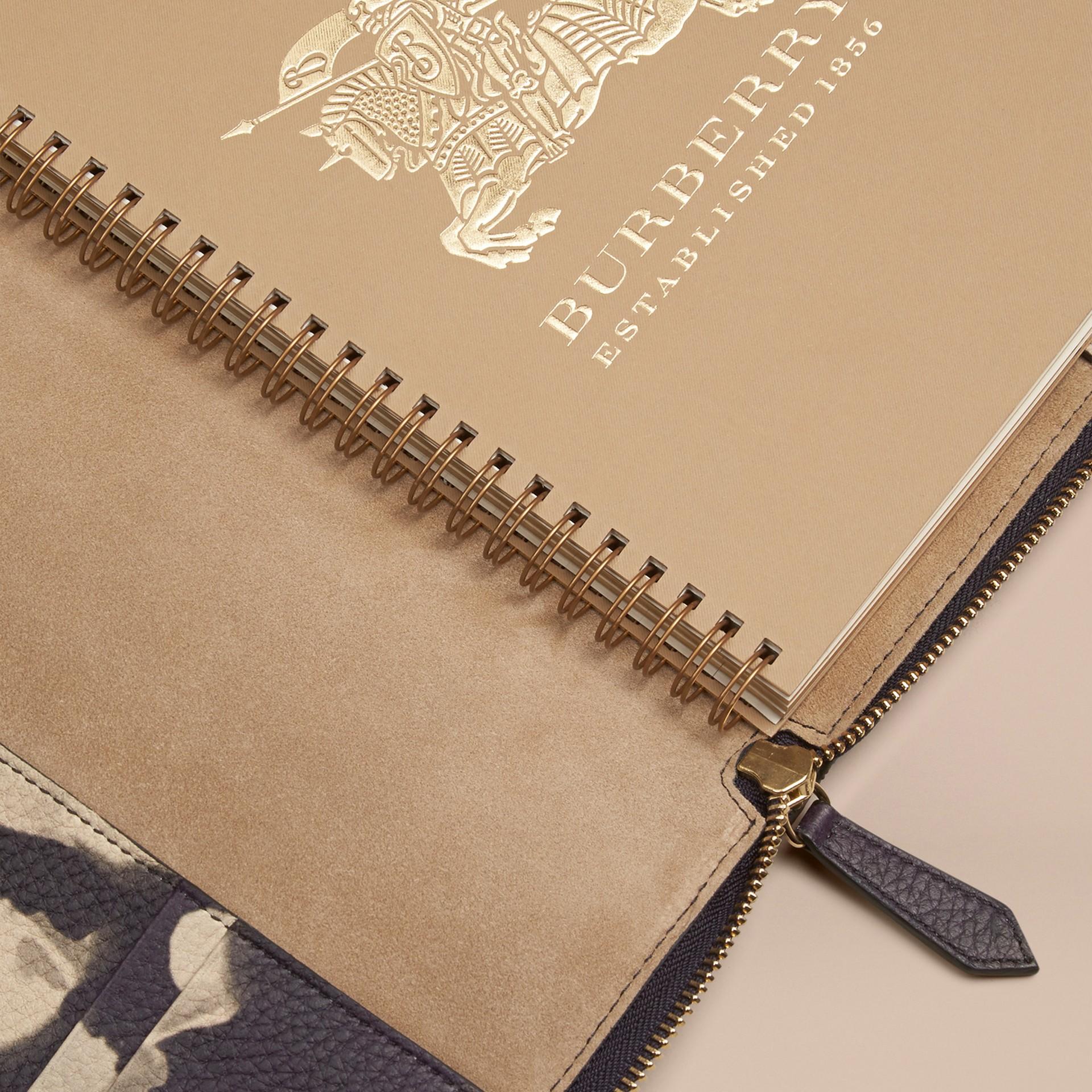 Pietra Taccuino formato A5 in pelle a grana con cerniera su tre lati e stampa tipo tintura a riserva Pietra - immagine della galleria 5