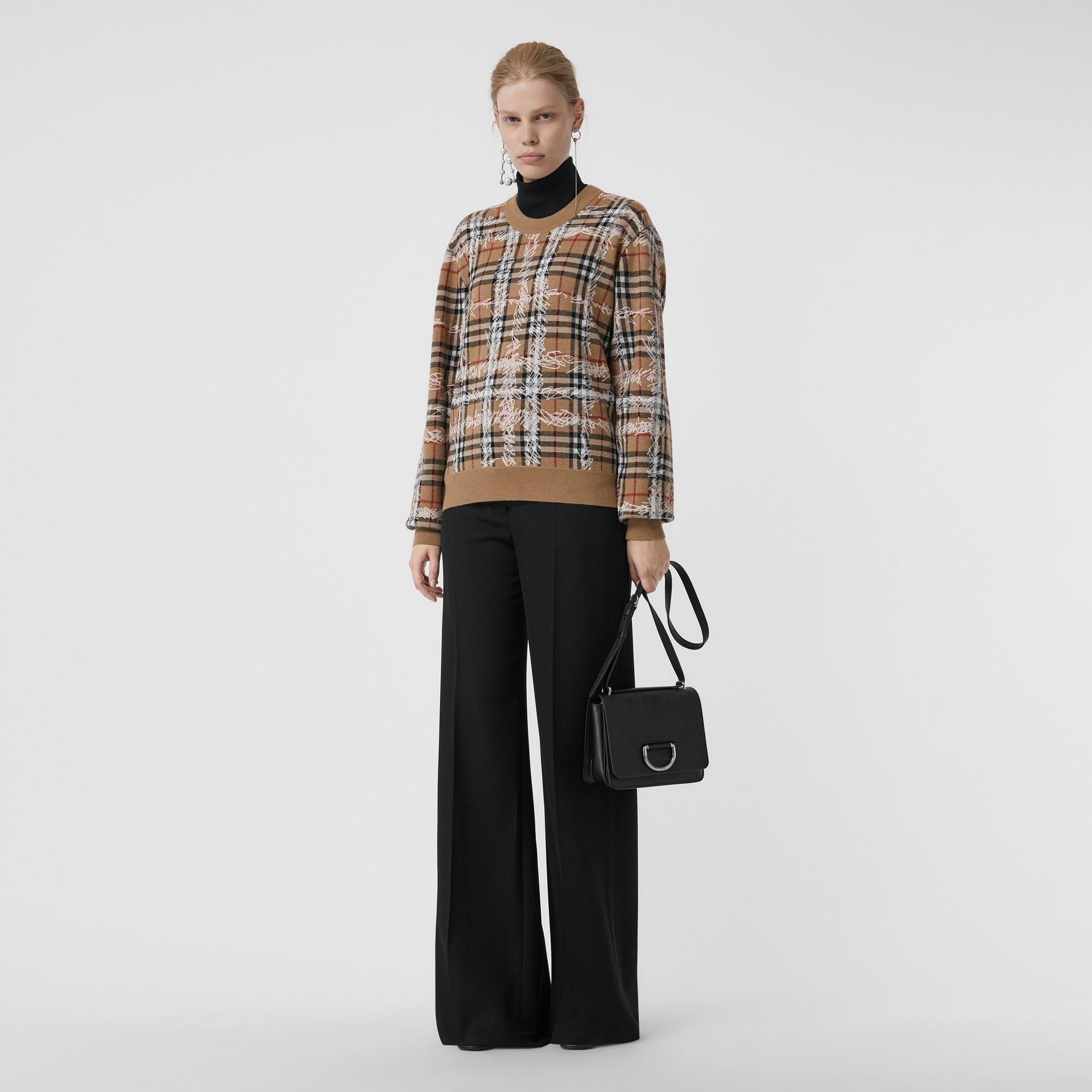 Pull en laine mérinos à motif check griffonné (Camel/blanc) - Femme | Burberry Canada - photo de la galerie 0