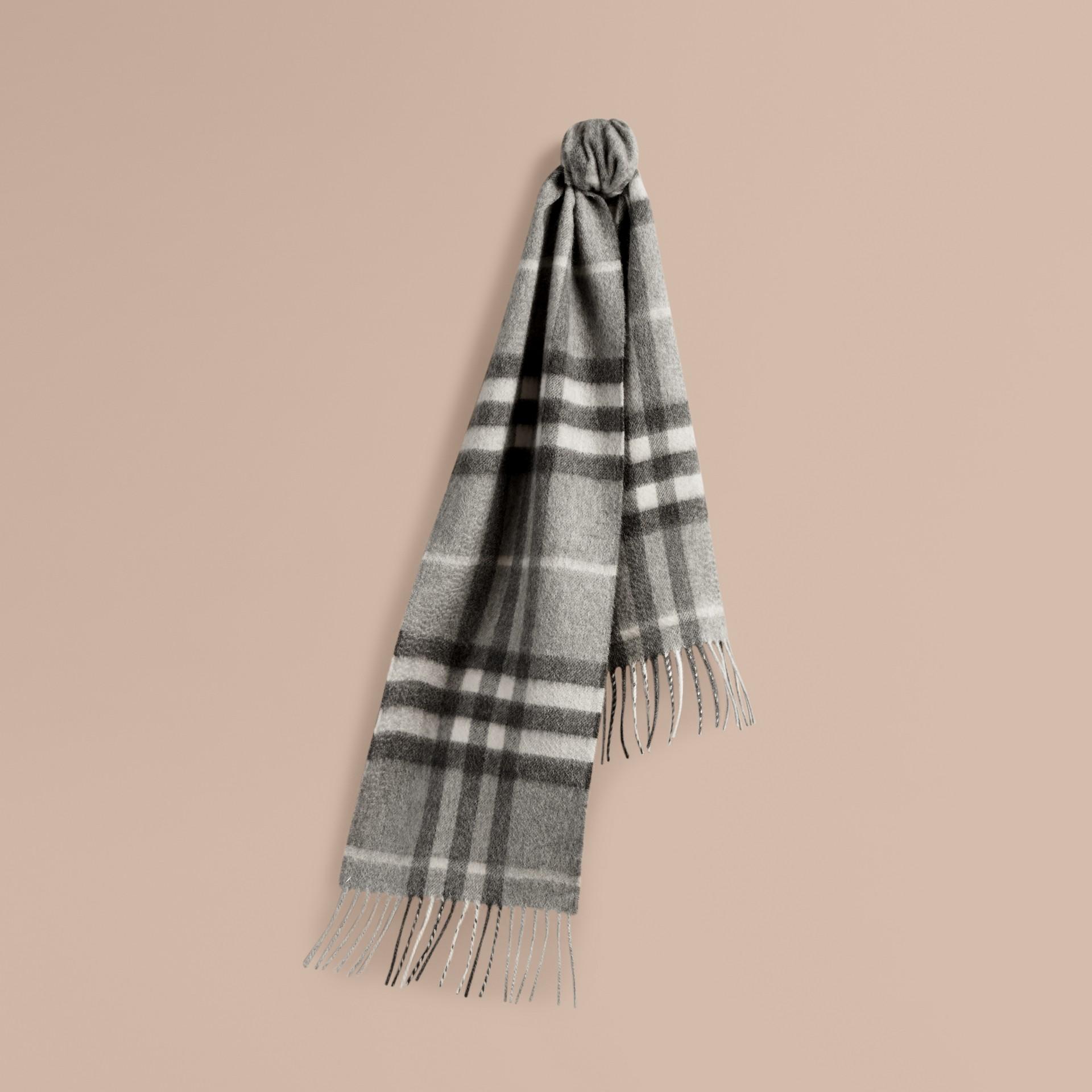 Gris pâle Mini écharpe classique en cachemire à motif check Gris Pâle - photo de la galerie 5