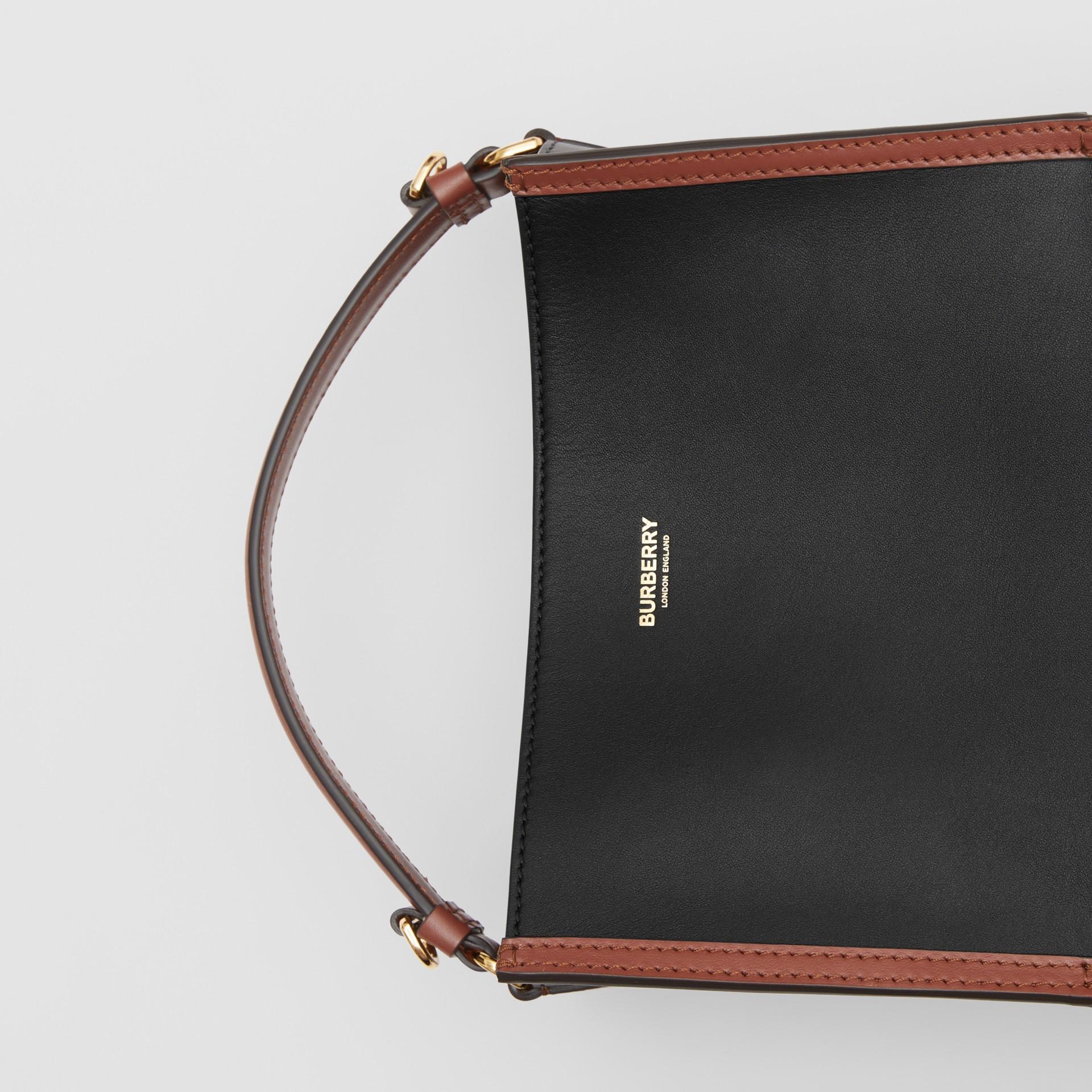 스몰 투톤 레더 페기 버킷 백 (블랙) - 여성 | Burberry - 갤러리 이미지 1