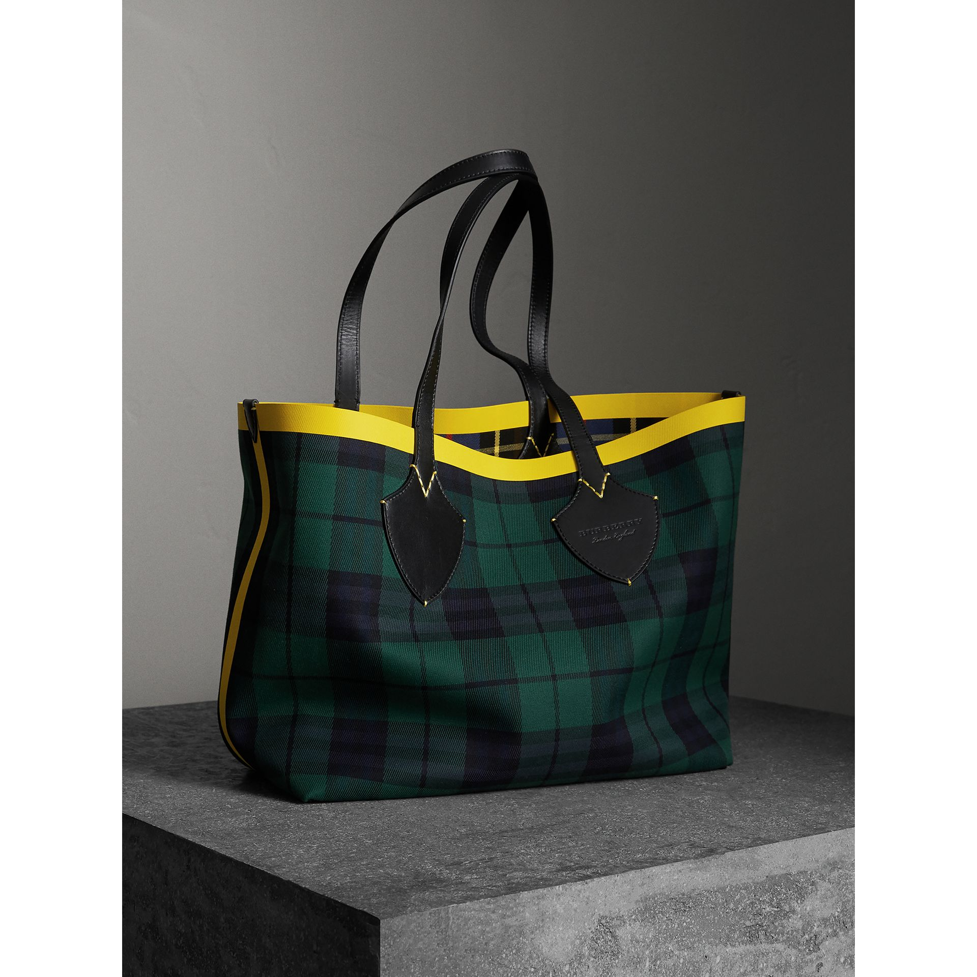 The Giant Reversible Tote in Tartan Cotton in Racing Green/cobalt Blue | Burberry Australia - gallery image 6
