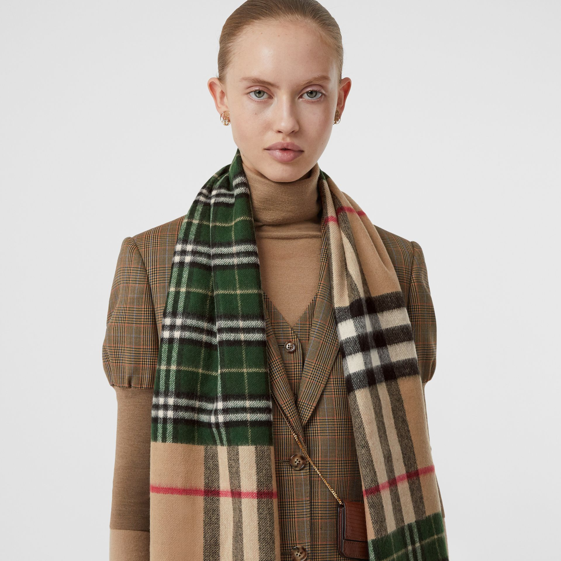 Contrast Check Cashmere Merino Wool Jacquard Scarf in Dark Pine Green | Burberry United Kingdom - gallery image 2