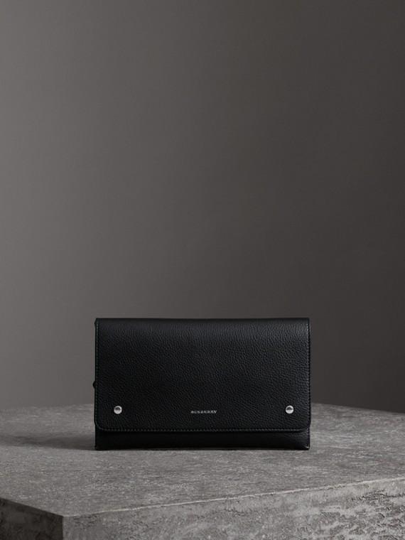 Clutch aus genarbtem Leder in Zweitonoptik mit Handgelenkriemen (Schwarz)