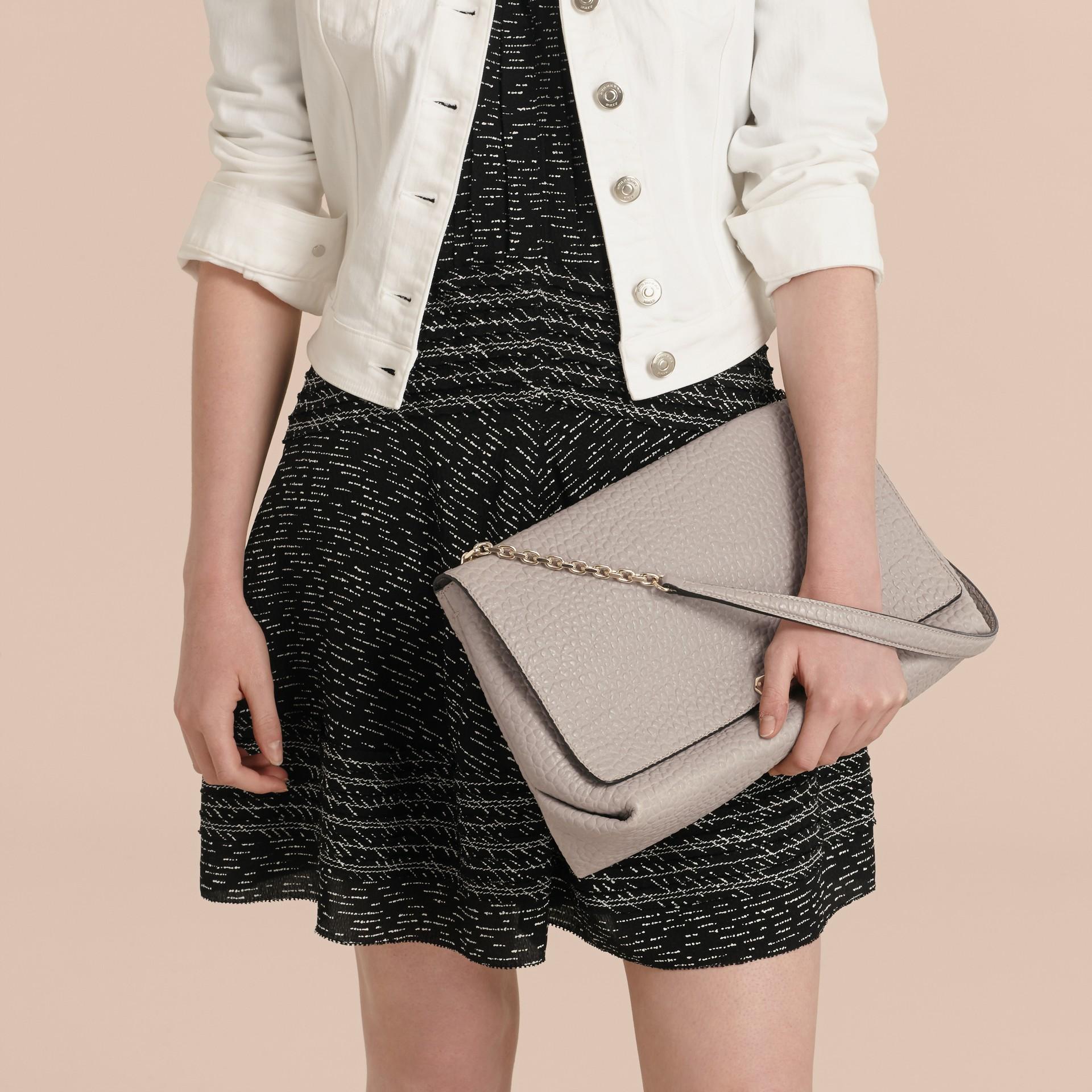 Бледно-серый Большая сумка через плечо из зернистой кожи в стиле Burberry Бледно-серый - изображение 3