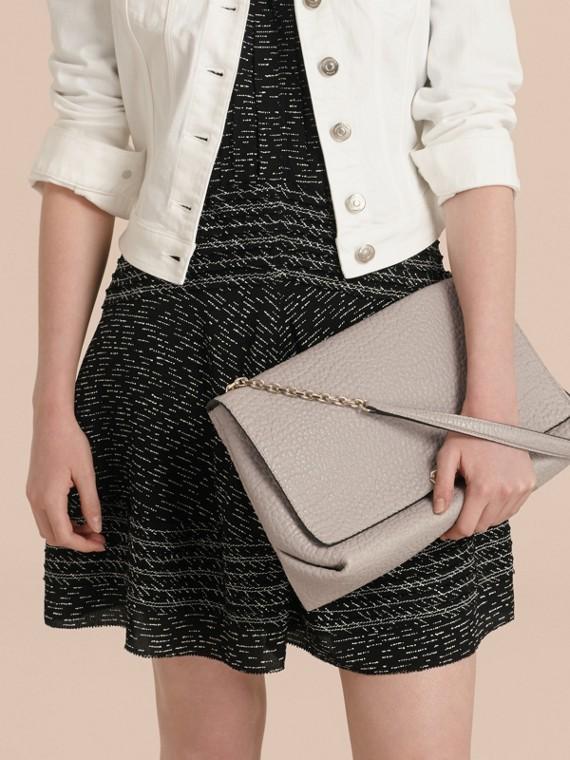Бледно-серый Большая сумка через плечо из зернистой кожи в стиле Burberry Бледно-серый - cell image 2