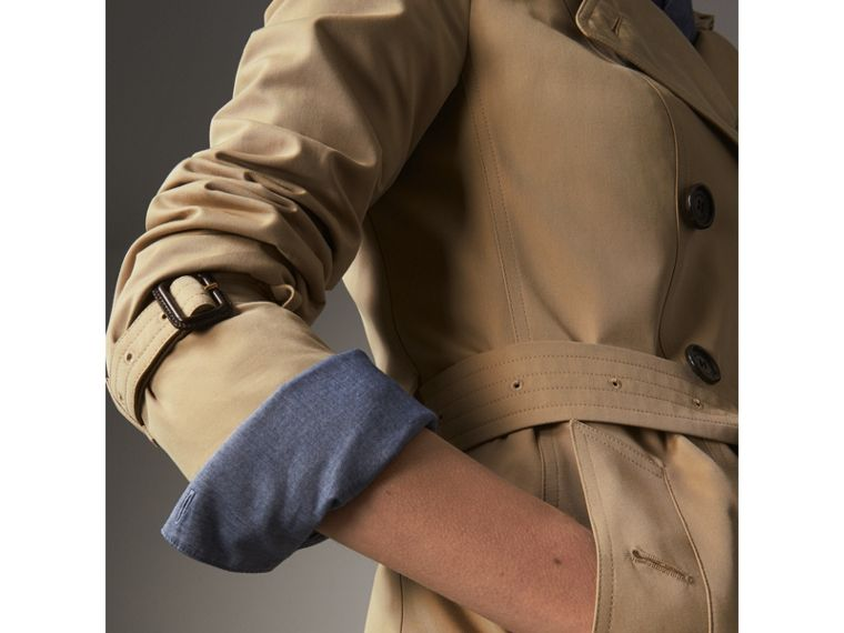 The Sandringham – Short Heritage Trench Coat in Honey - Women | Burberry Singapore - cell image 4