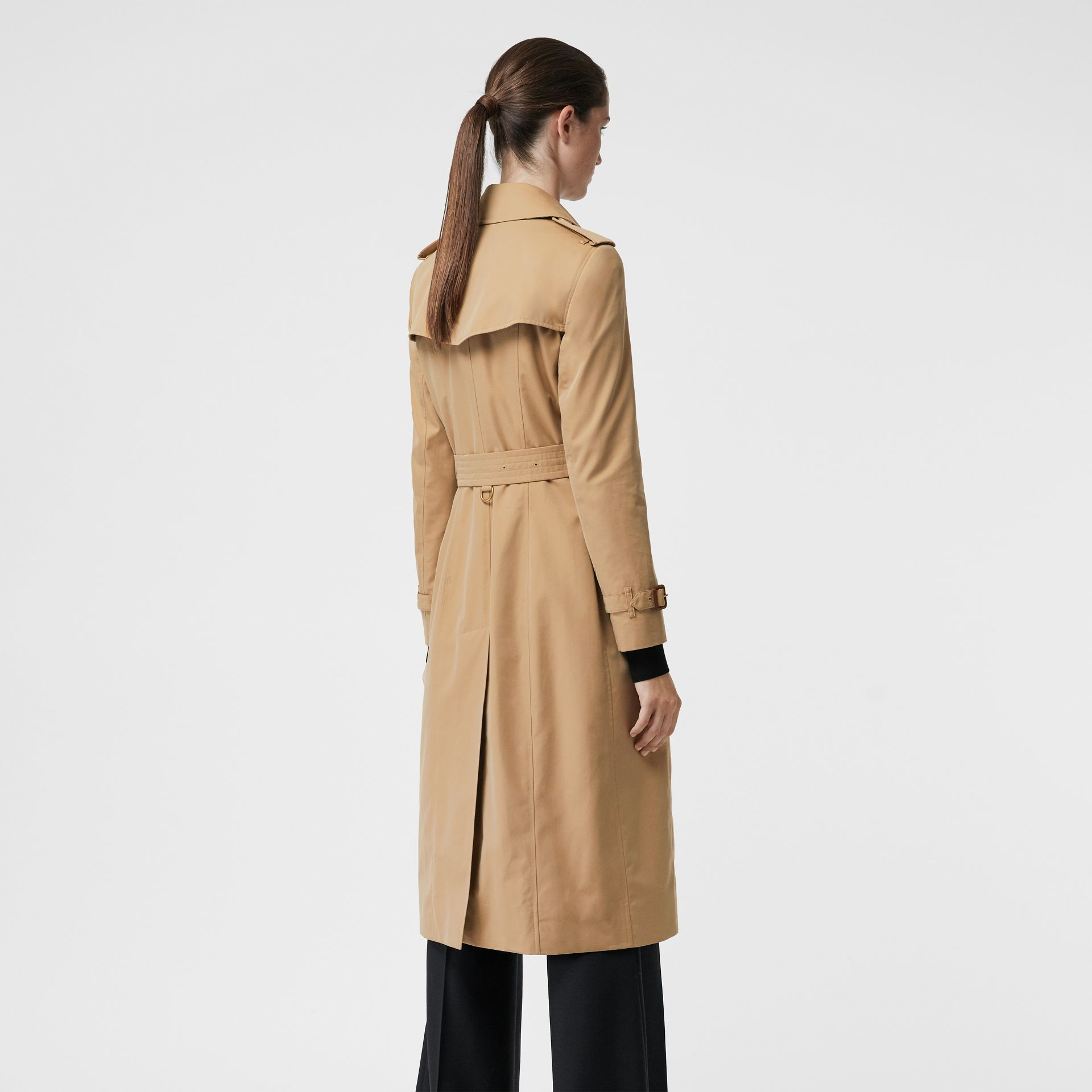 The Long Chelsea Heritage Trench Coat in Honey - Women | Burberry United Kingdom - gallery image 2