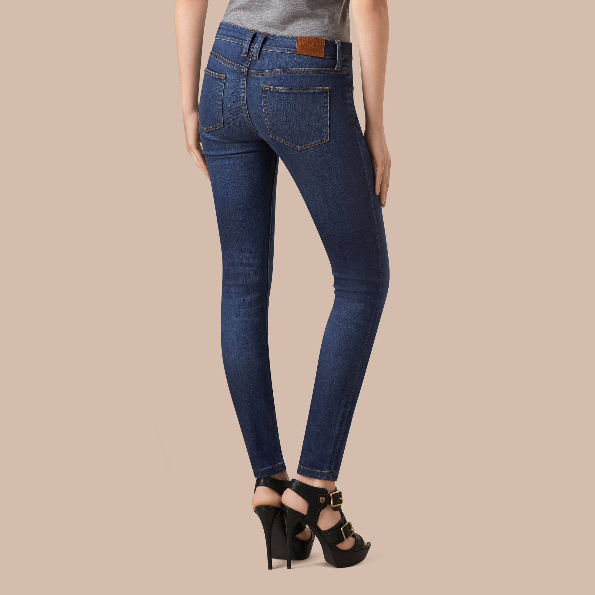 Jeans attillati a vita bassa in denim stretch ultraresistente (Indaco Medio) - Donna | Burberry - immagine della galleria 3