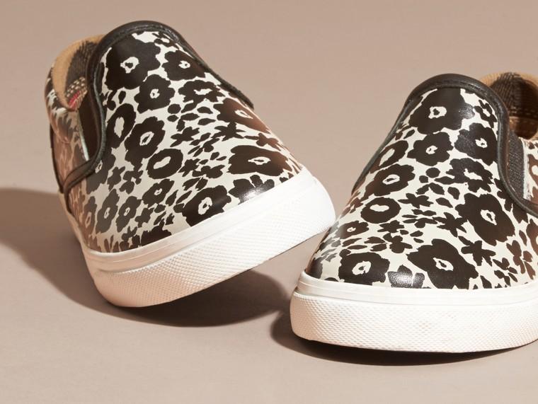 Noir/blanc Sneakers sans lacets en cuir à imprimé floral - cell image 1