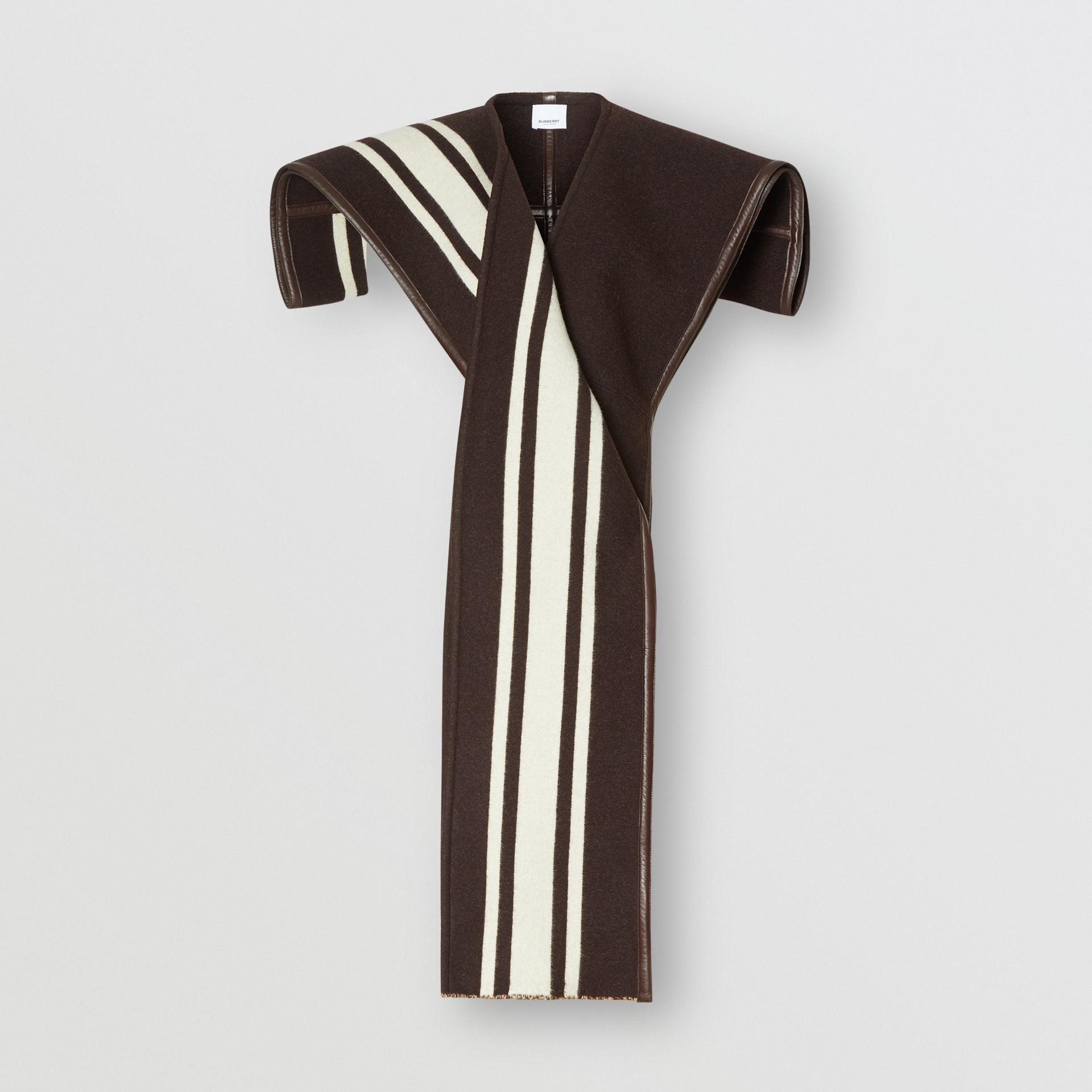 羔羊皮飾帶條紋細節設計羊毛提花披肩 (棕色) - 女款 | Burberry - 圖庫照片 3