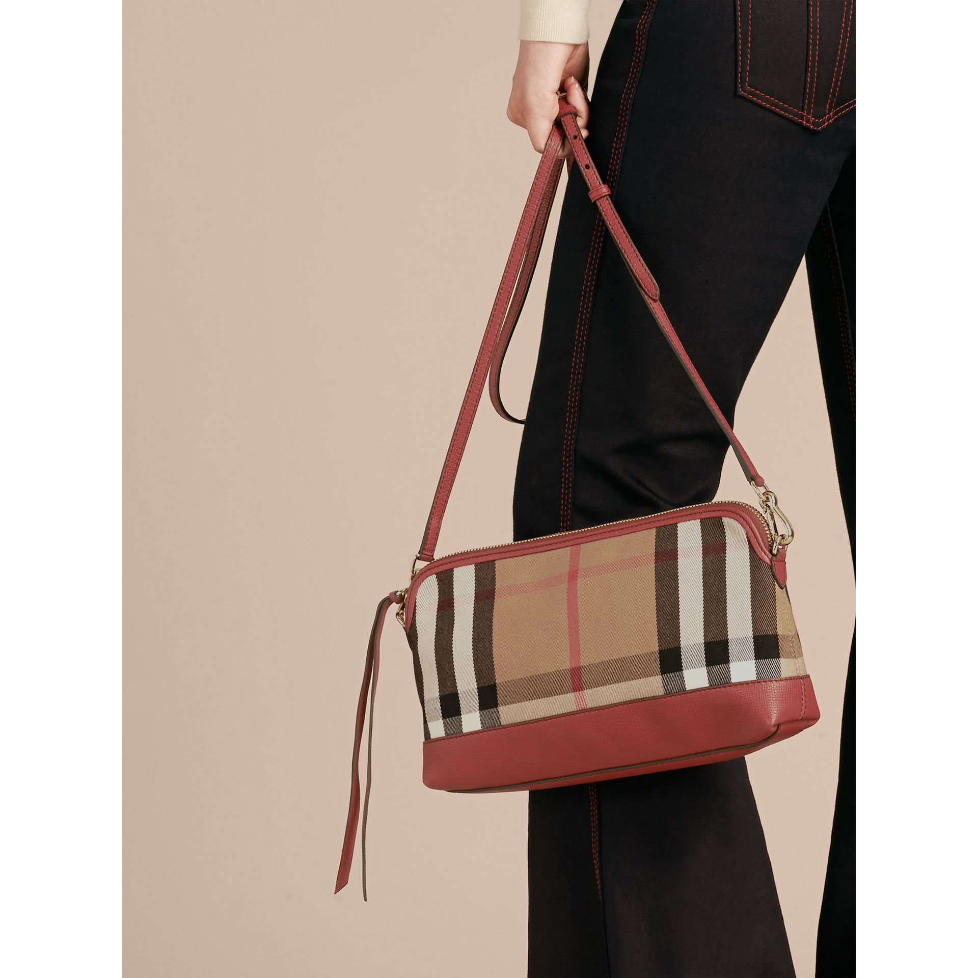 Clutch en coton House check et cuir (Rouge Feuille Morte) - Femme | Burberry - photo de la galerie 4