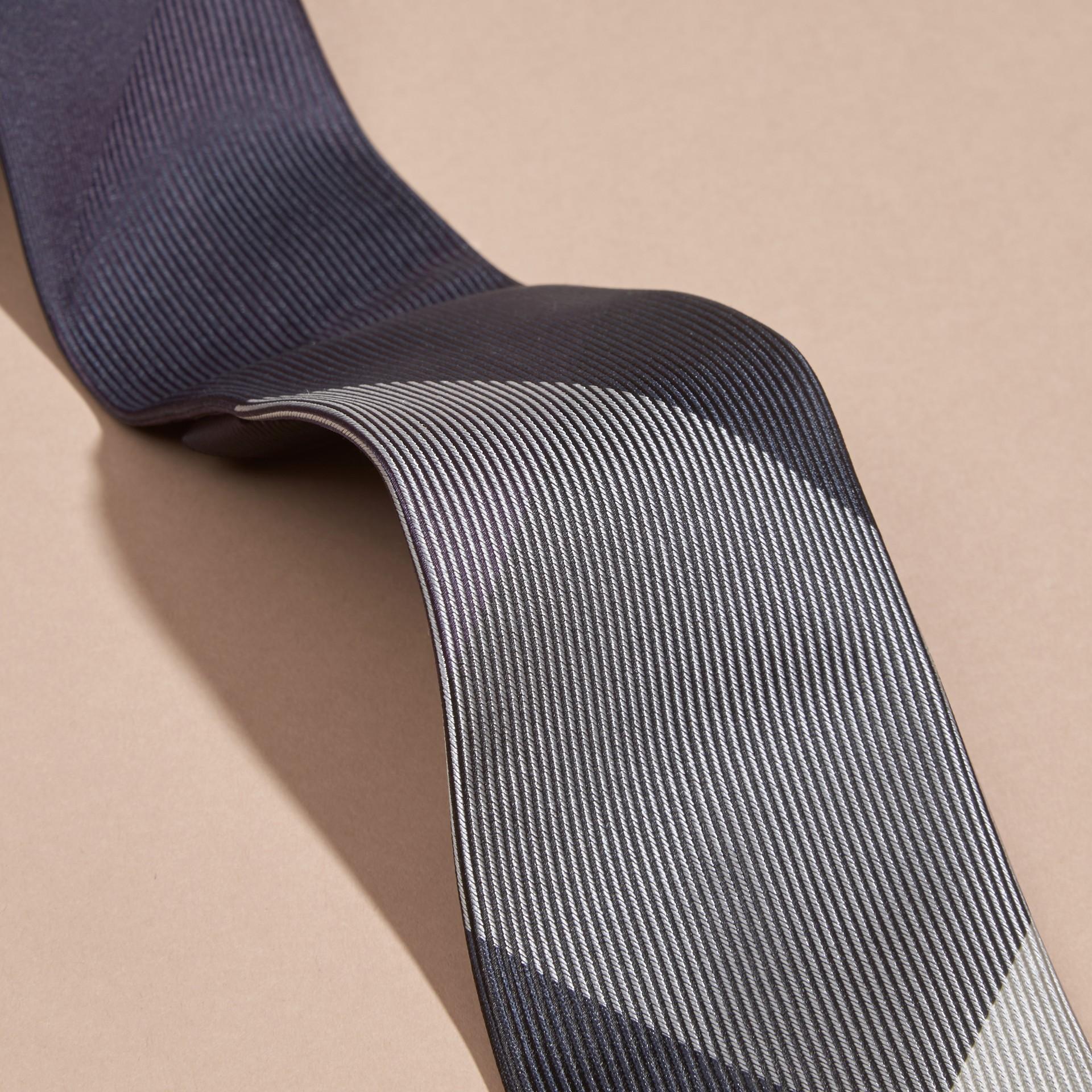 Baie de sureau sombre Cravate moderne en soie et jacquard à motif check Baie  Sureau Sombre - photo de la galerie 2