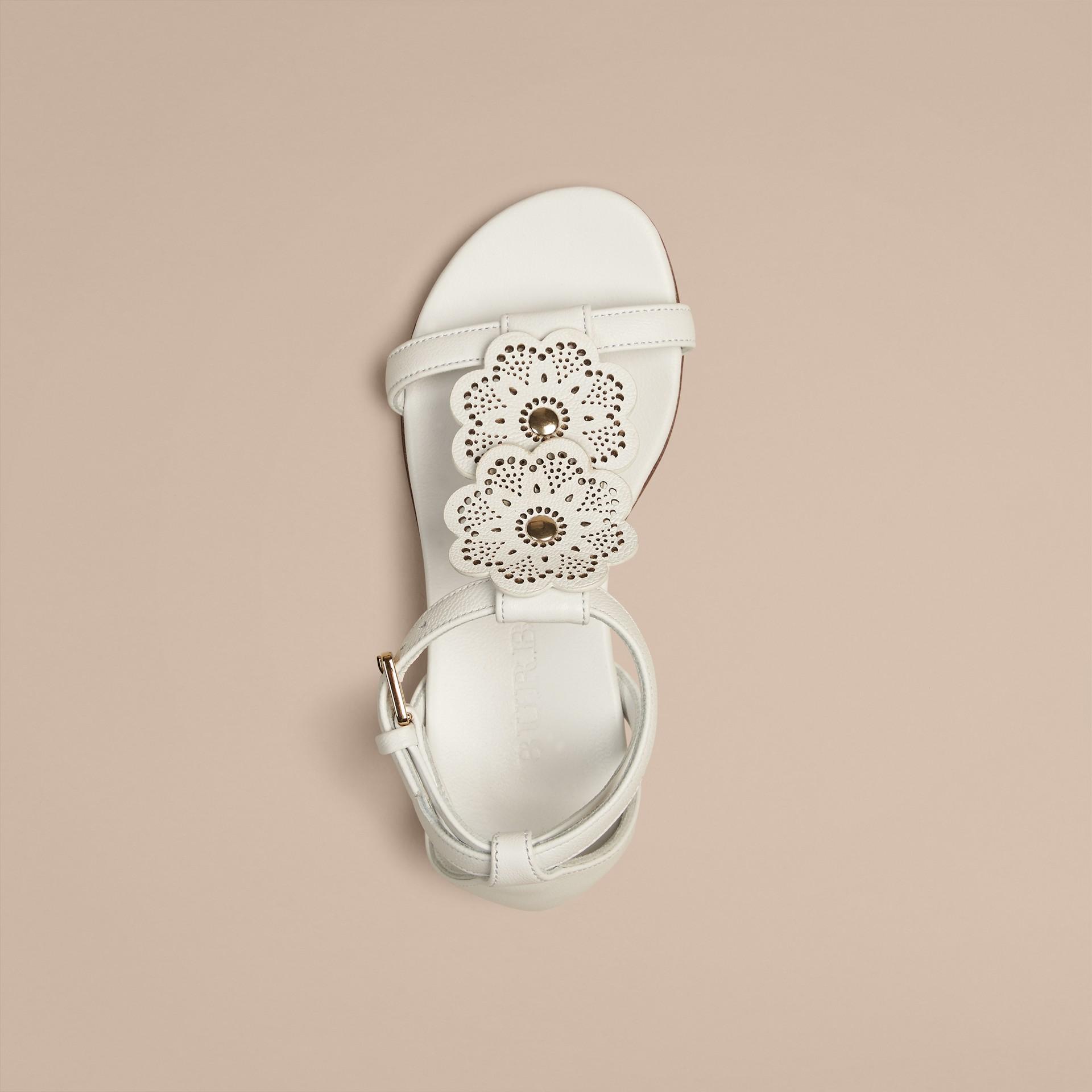 Branco ótico Sandálias de couro com detalhe floral - galeria de imagens 5