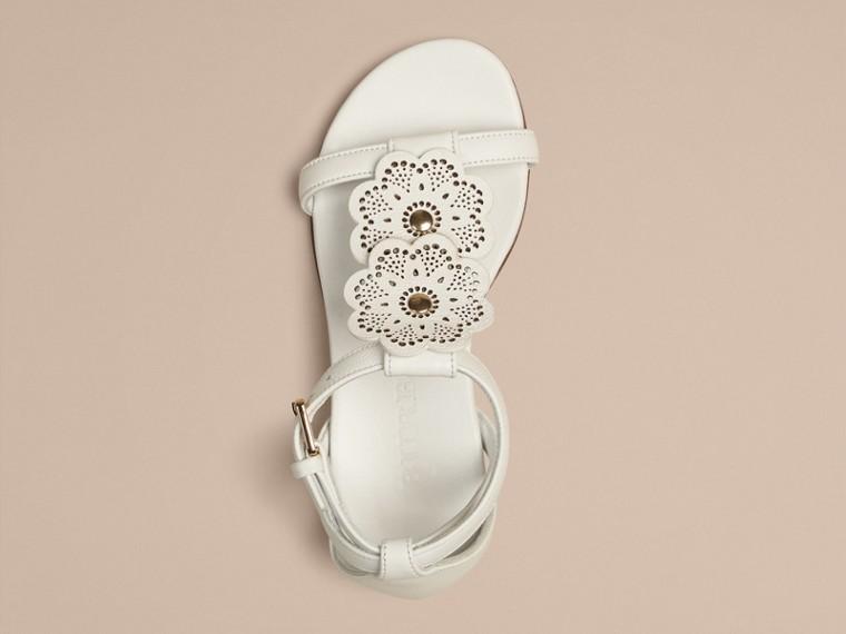 Branco ótico Sandálias de couro com detalhe floral - cell image 4