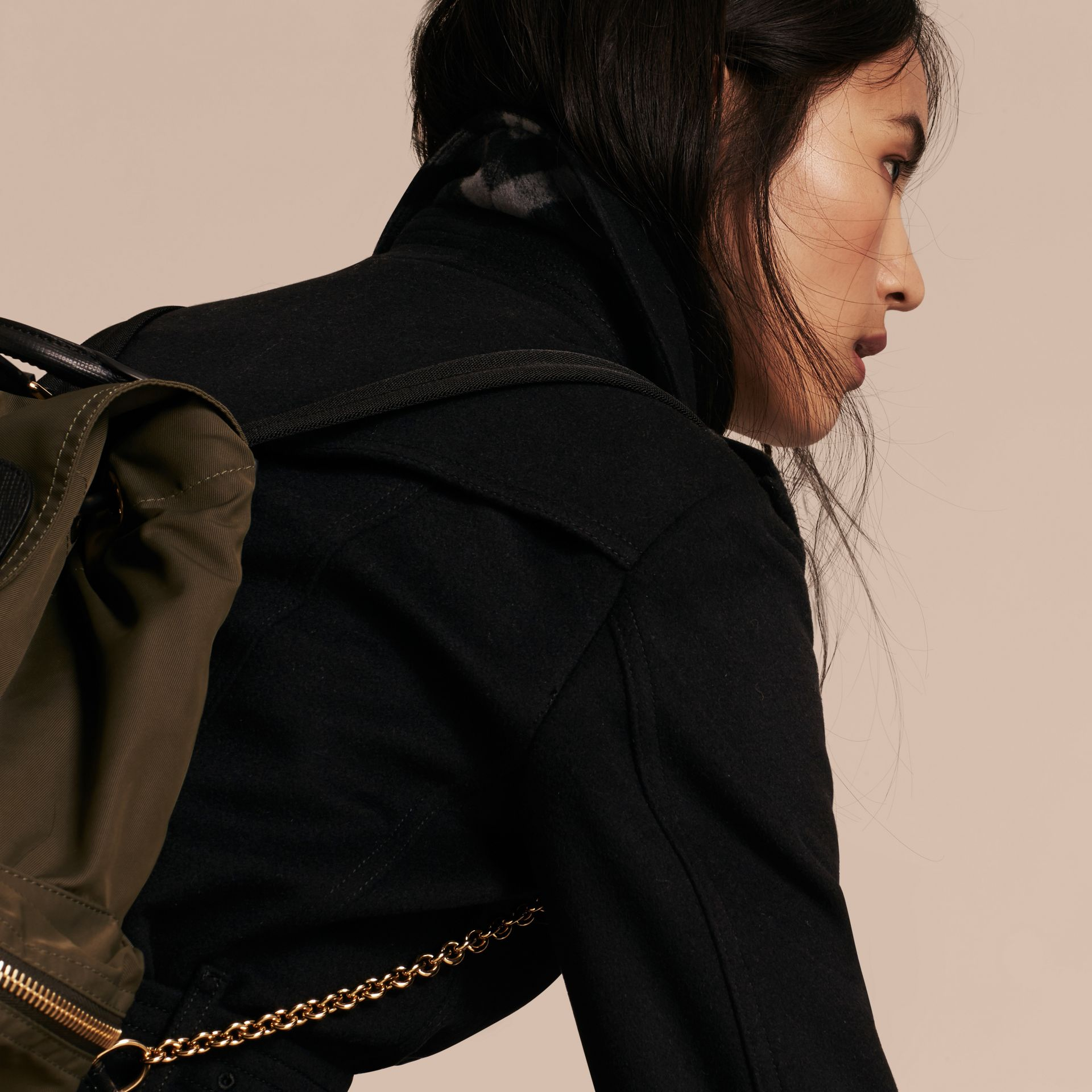 Negro Trench coat en lana y cachemir con cuello en piel de zorro Negro - imagen de la galería 5
