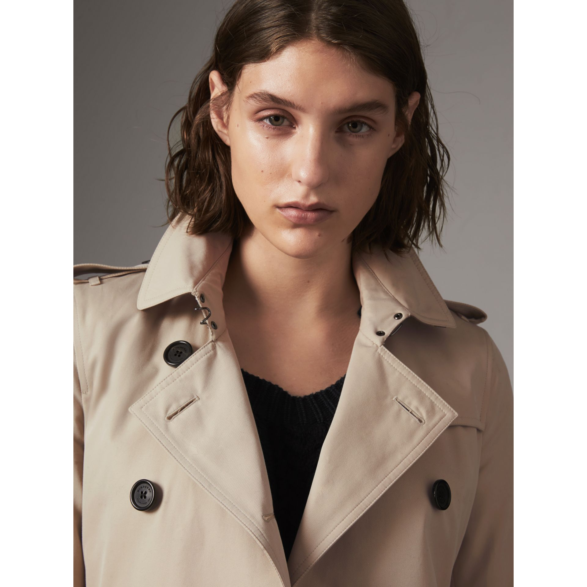 The Kensington – Short Heritage Trench Coat in Stone - Women | Burberry Singapore - gallery image 6