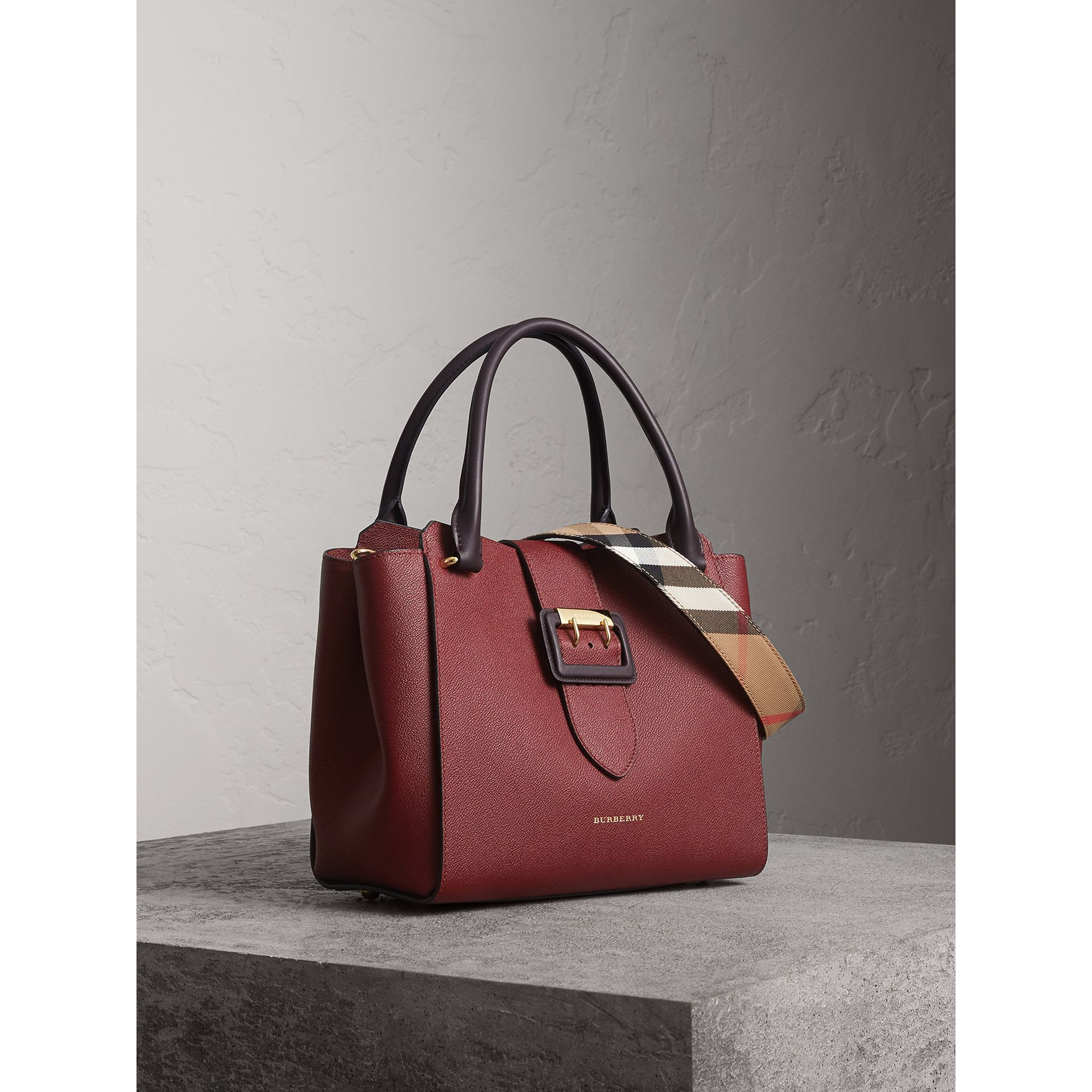 Sac tote The Buckle moyen en cuir grainé (Bourgogne) - Femme | Burberry - photo de la galerie 8