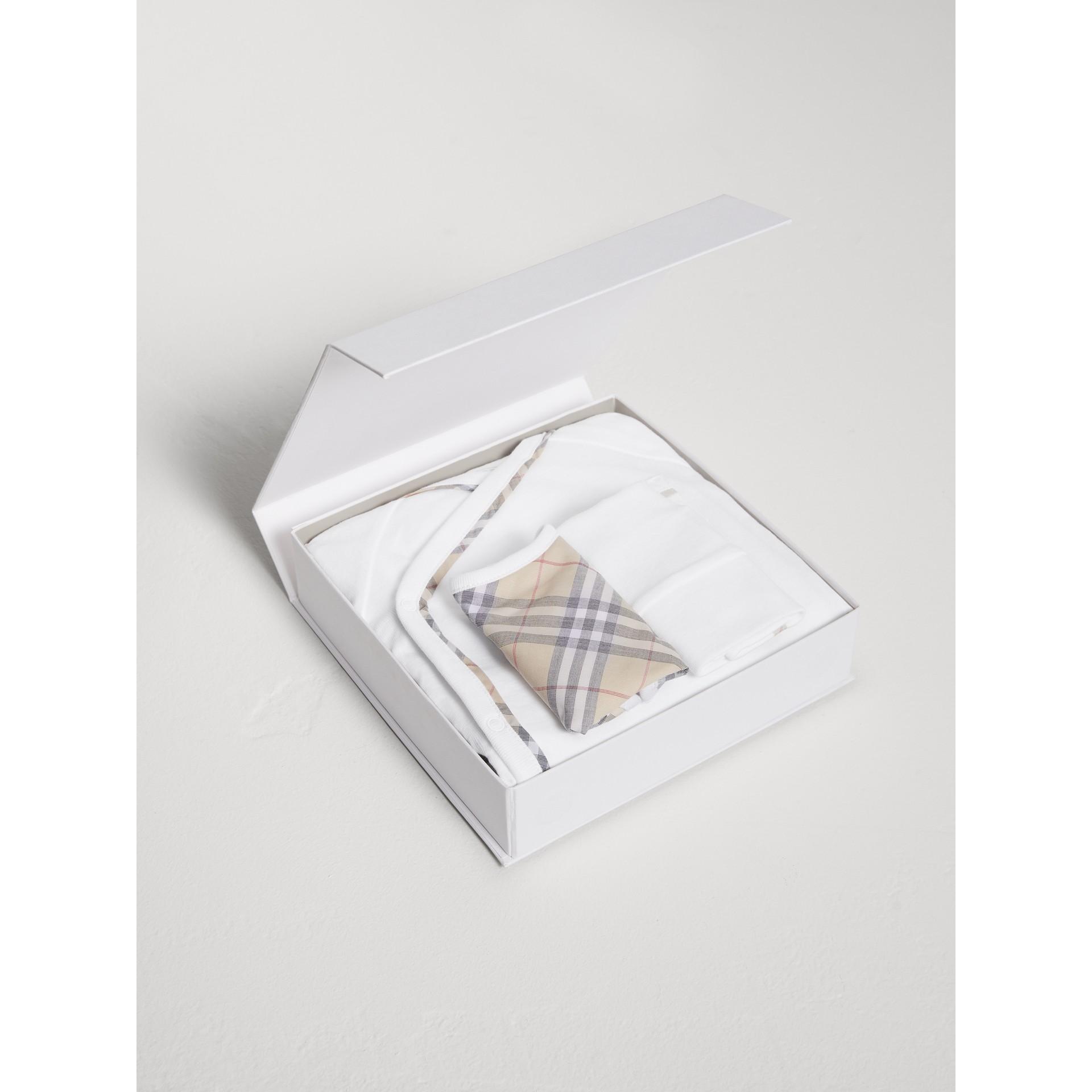 체크 코튼 3피스 베이비 선물 세트 (화이트) | Burberry - 갤러리 이미지 2
