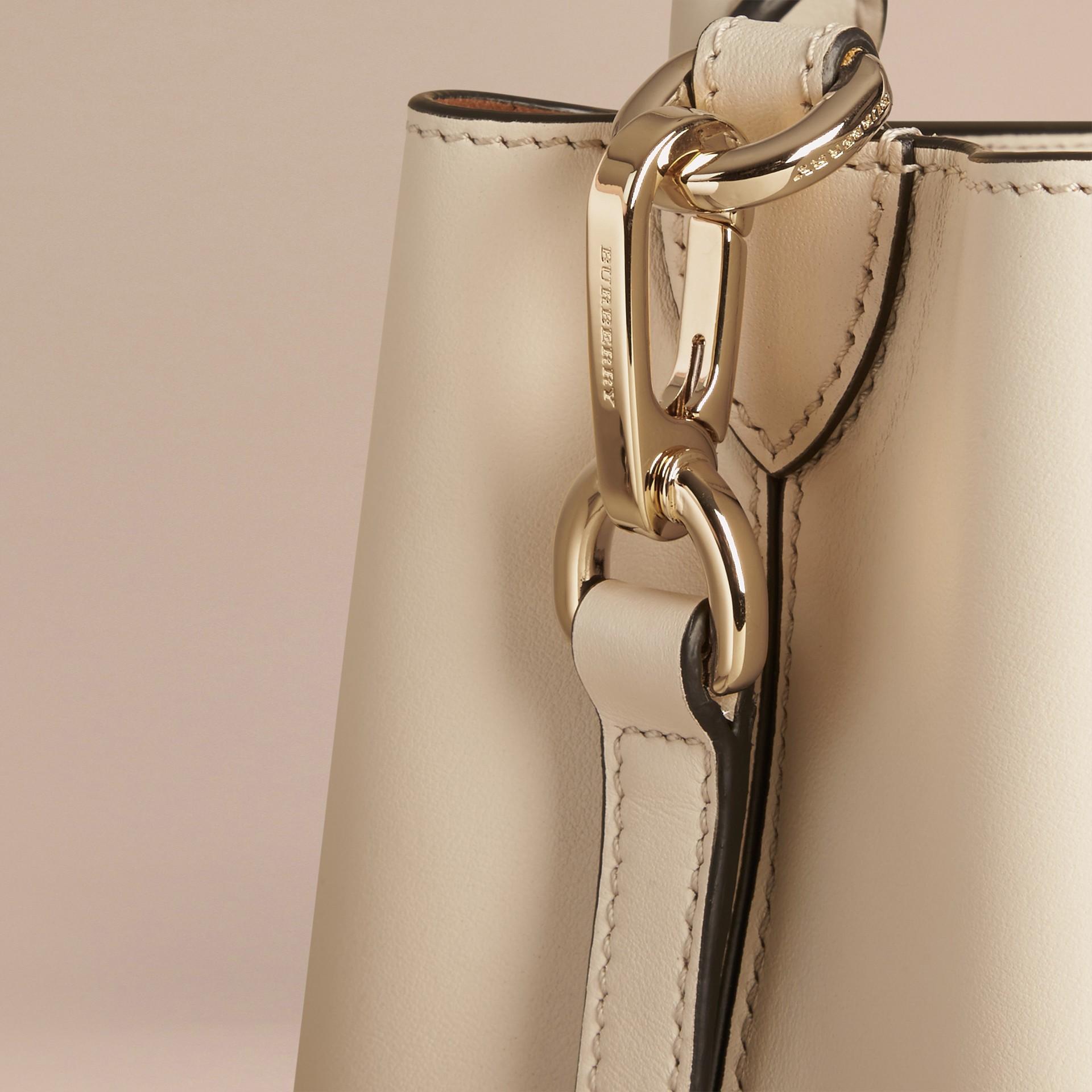 Steinfarben The Small Saddle Bag aus Glattleder und Pythonleder - Galerie-Bild 6
