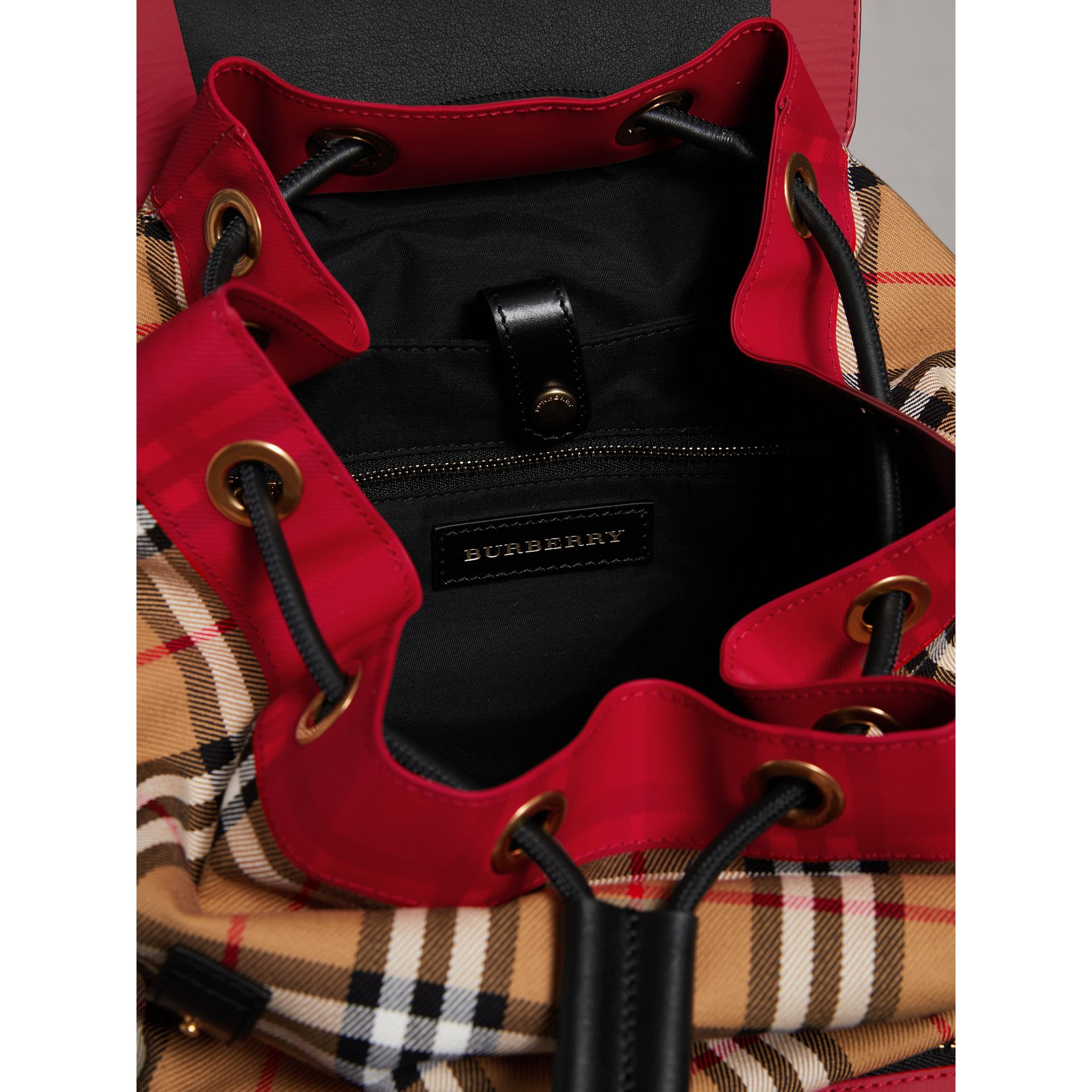 Grand sac The Rucksack en cuir et toile Vintage check (Jaune Antique) | Burberry Canada - photo de la galerie 4