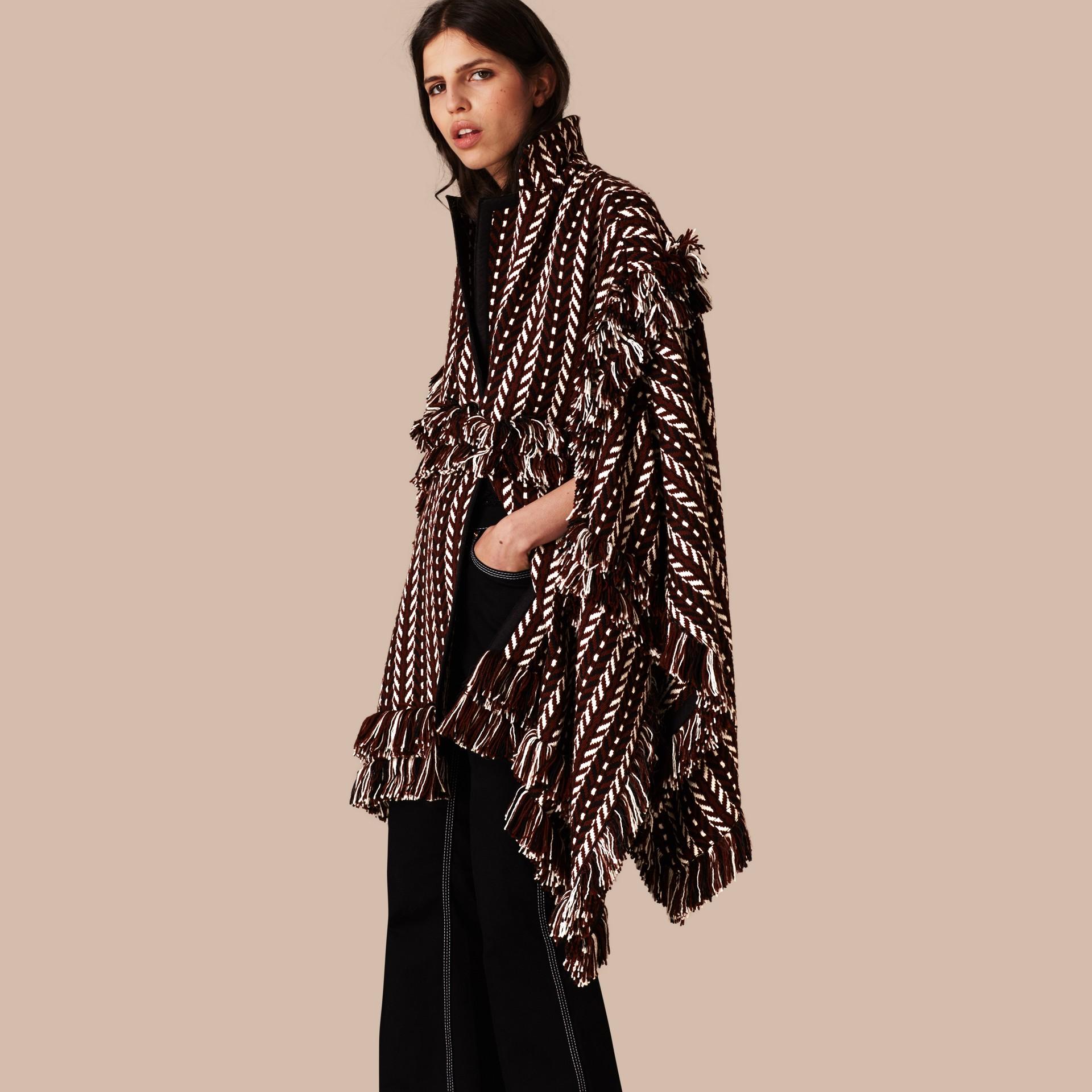 Marrone ruggine Cappotto a mantella con frange in lana e seta - immagine della galleria 1
