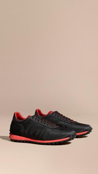 Sneaker tecniche con finiture effetto texture