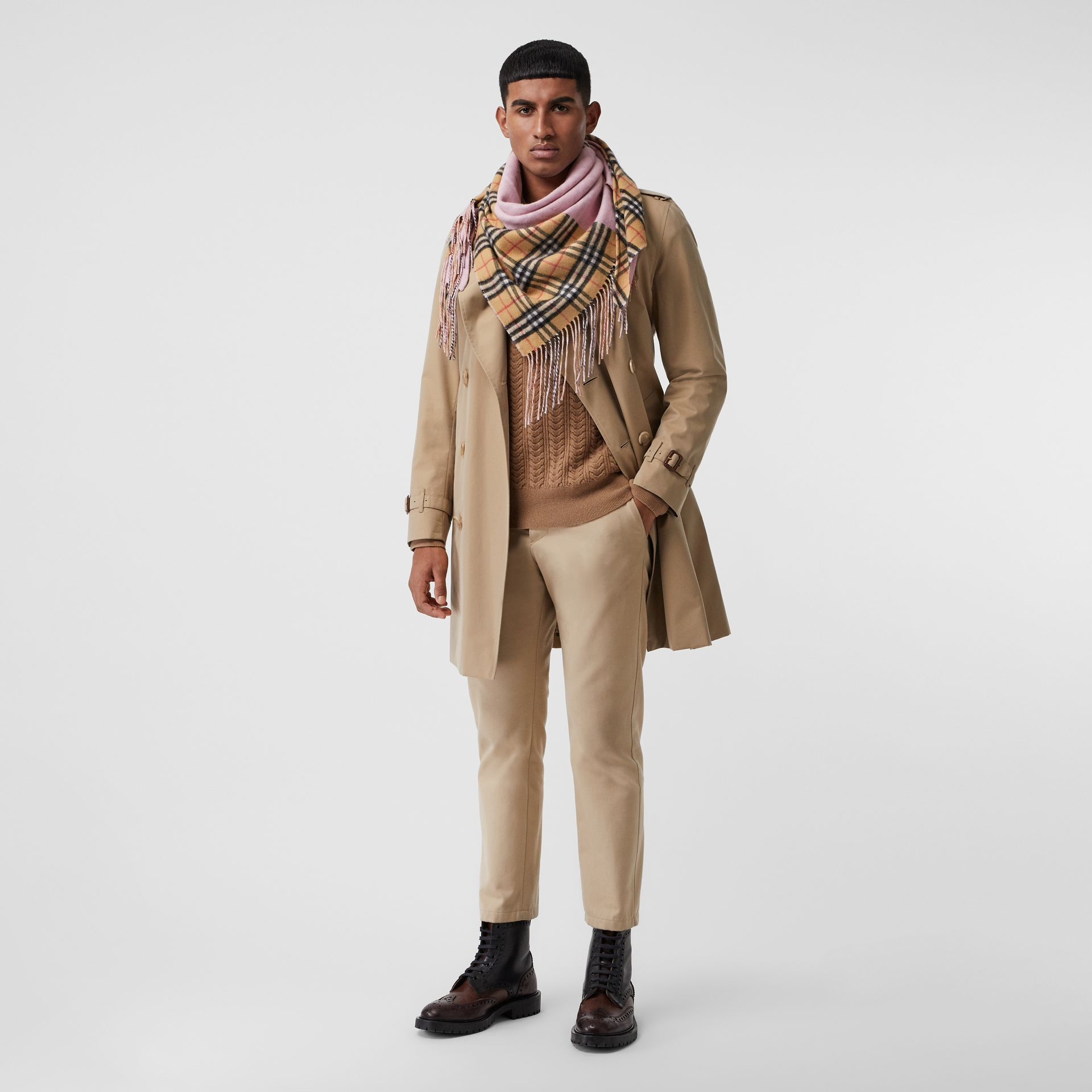 The Burberry Bandana in cashmere con motivo Vintage check (Rosa Pallido) | Burberry - immagine della galleria 3