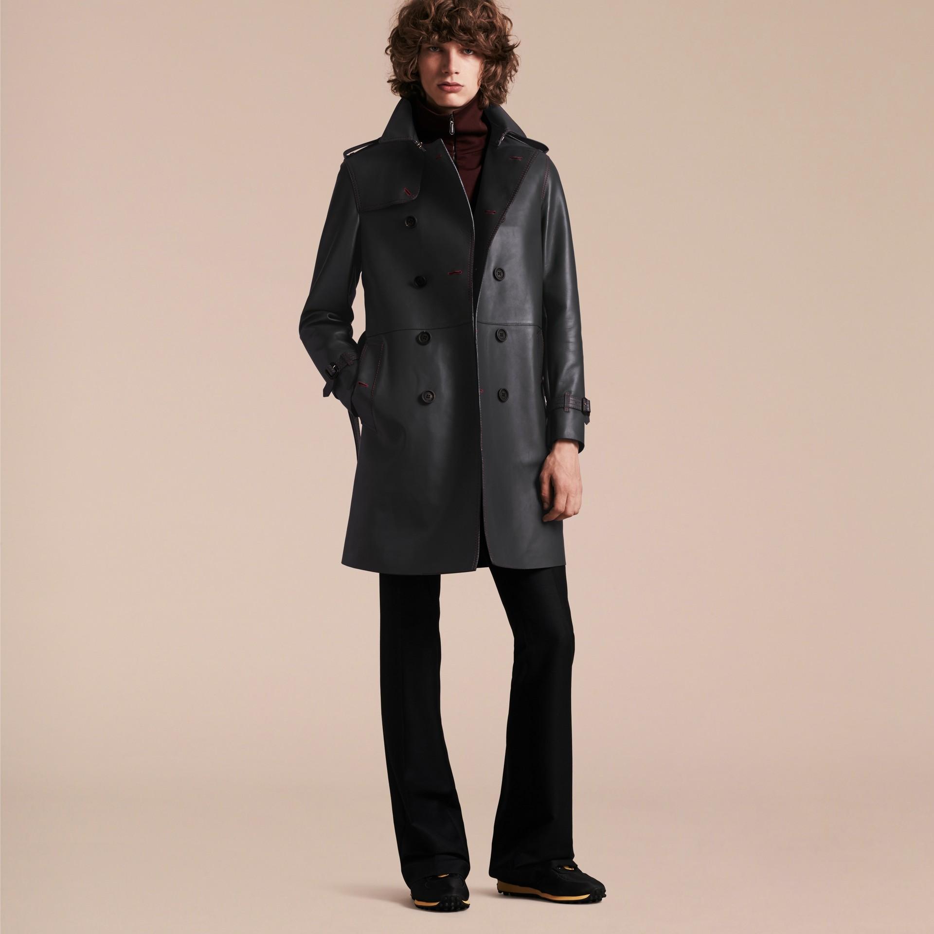 Navy scuro Trench coat in pelle di agnello con impunture militari - immagine della galleria 7