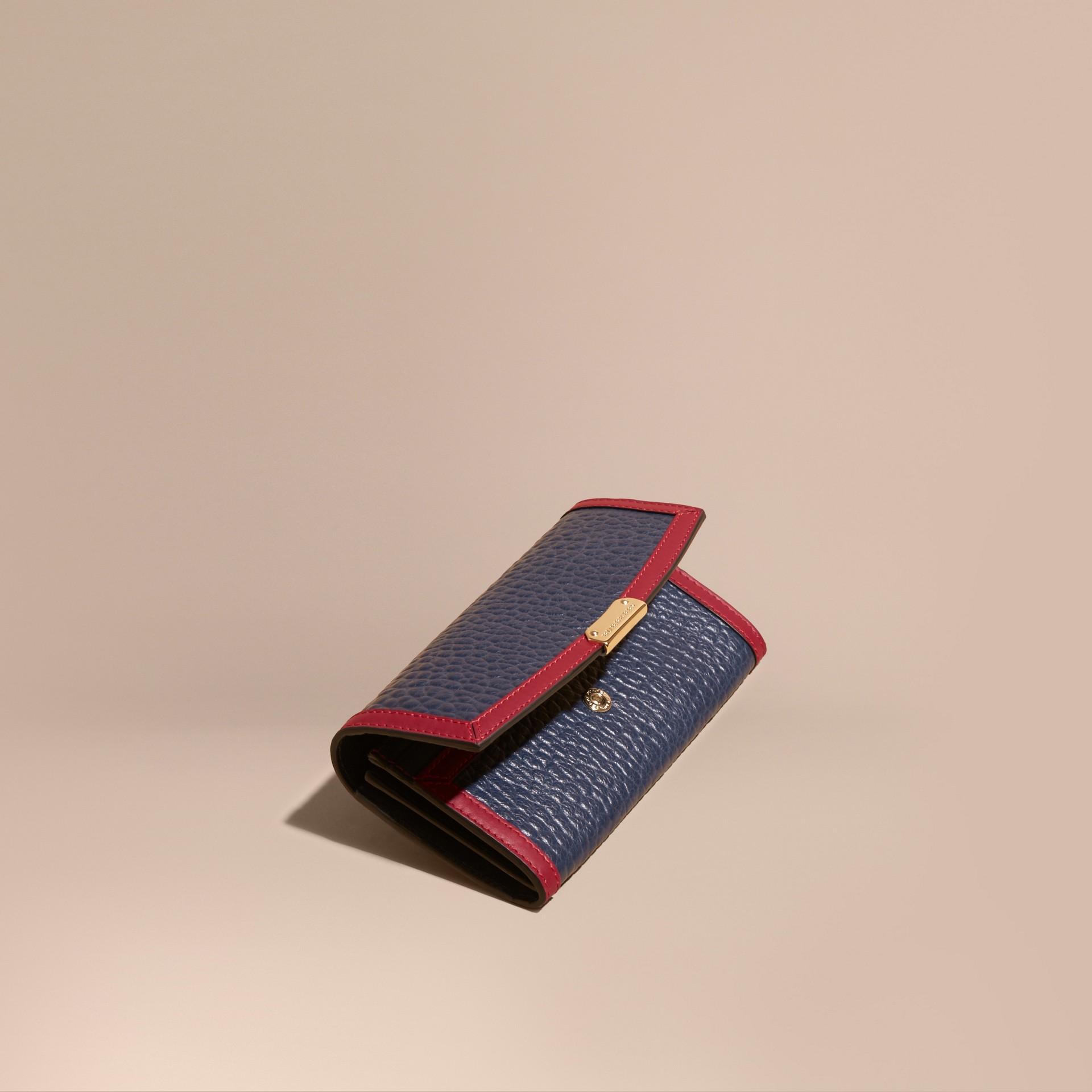 Blu carbonio/rosso parata Portafoglio continental in pelle a grana Burberry con bordo a contrasto - immagine della galleria 1