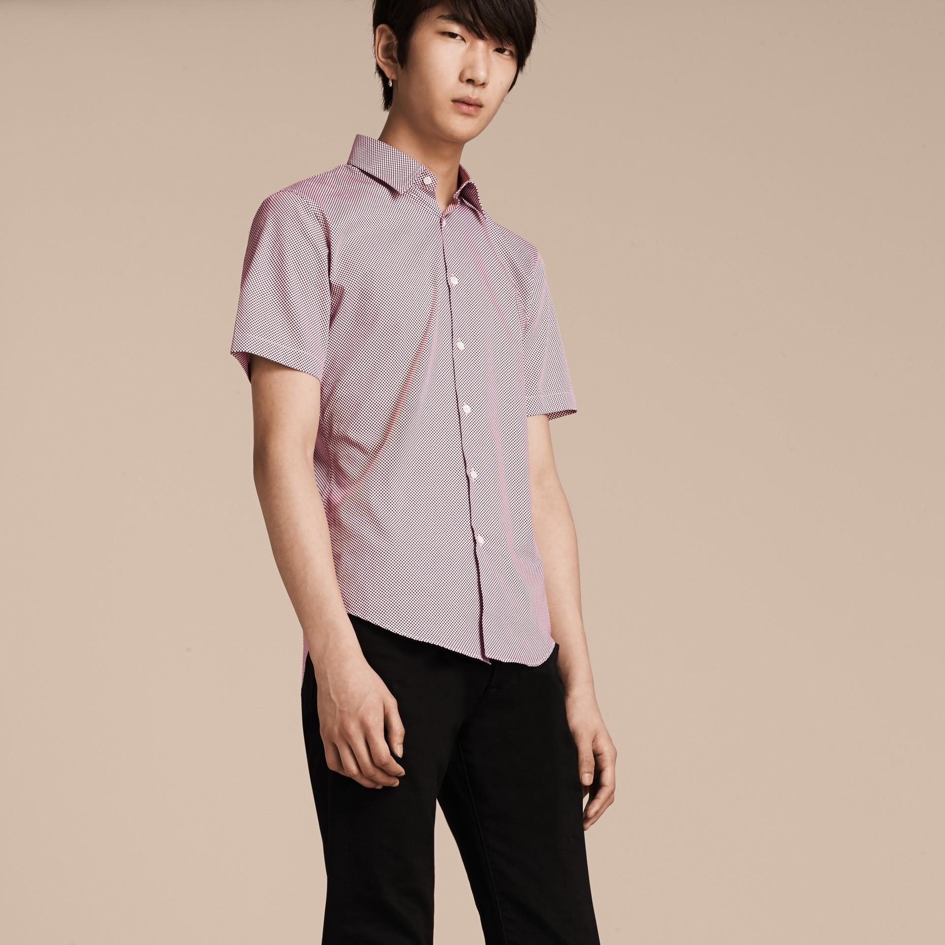 Carmine red Camisa de algodão com mangas curtas e estampa de poás - galeria de imagens 6