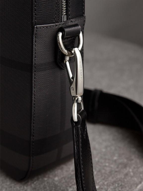ミディアム レザートリム ロンドンチェック ブリーフケース (チャコール/ブラック) - メンズ | バーバリー - cell image 1