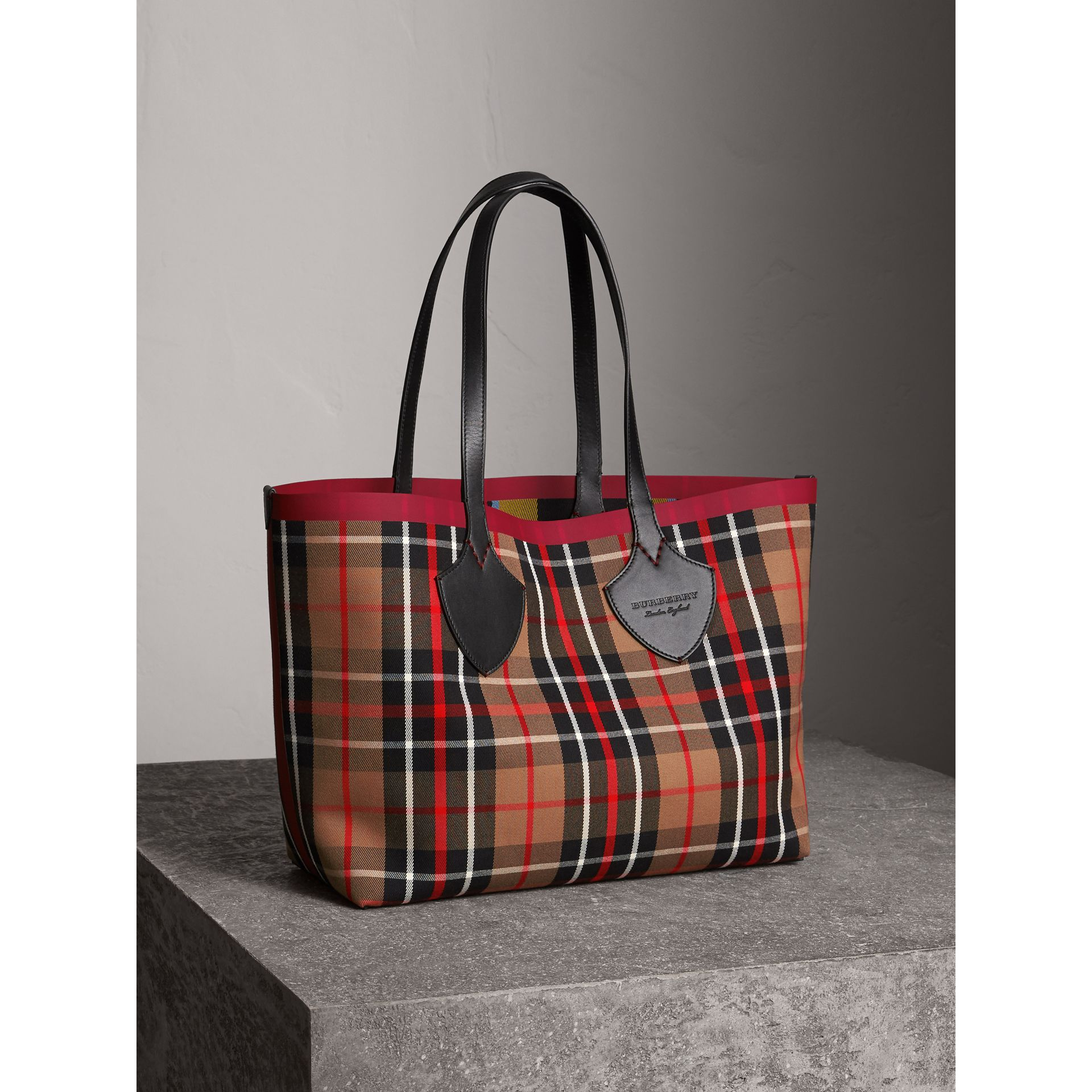 Borsa tote The Giant media double face in cotone con motivo tartan (Caramello/giallo Lino) | Burberry - immagine della galleria 6