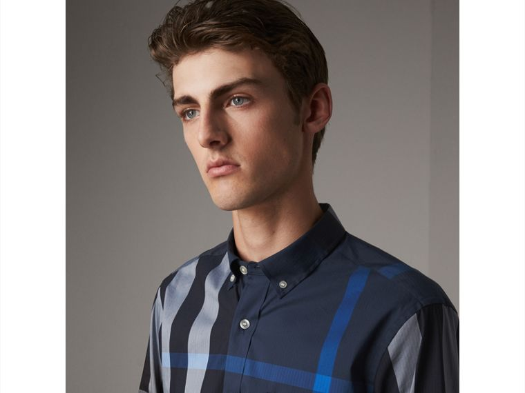 Camicia in misto cotone stretch con motivo tartan e colletto button-down (Blu Tela) - Uomo | Burberry - cell image 1