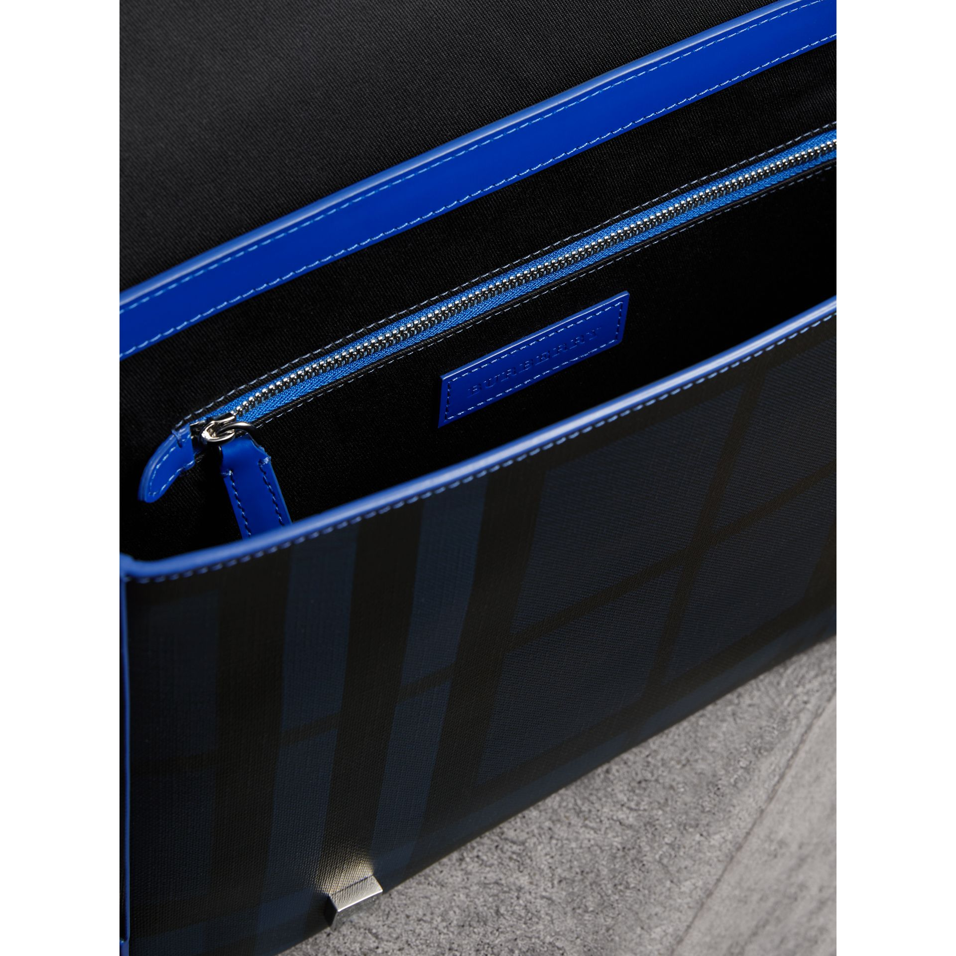 Borsa messenger media bicolore con motivo London check (Navy/blu) - Uomo | Burberry - immagine della galleria 4