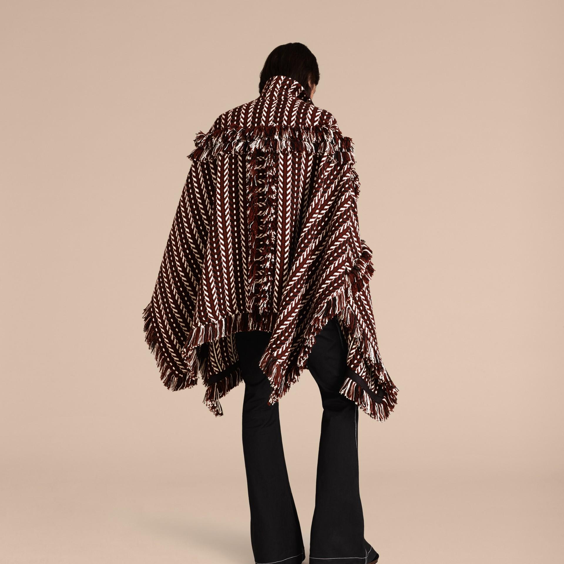 Marrone ruggine Cappotto a mantella con frange in lana e seta - immagine della galleria 3