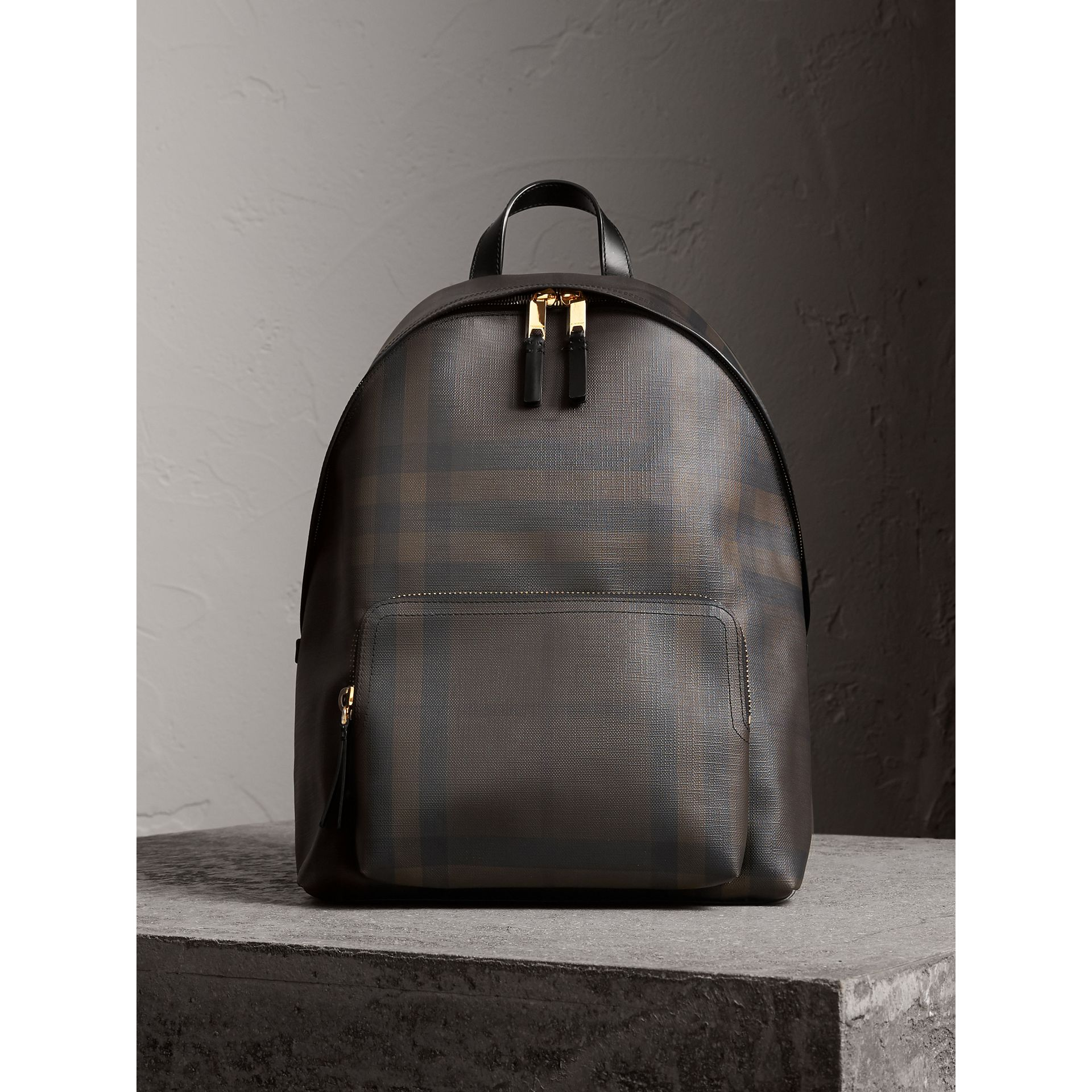 Sac à dos à motif London check et bordures en cuir (Chocolat/noir) - Homme | Burberry - photo de la galerie 1