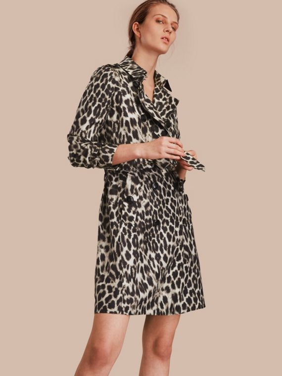 Trench coat de seda com animal print