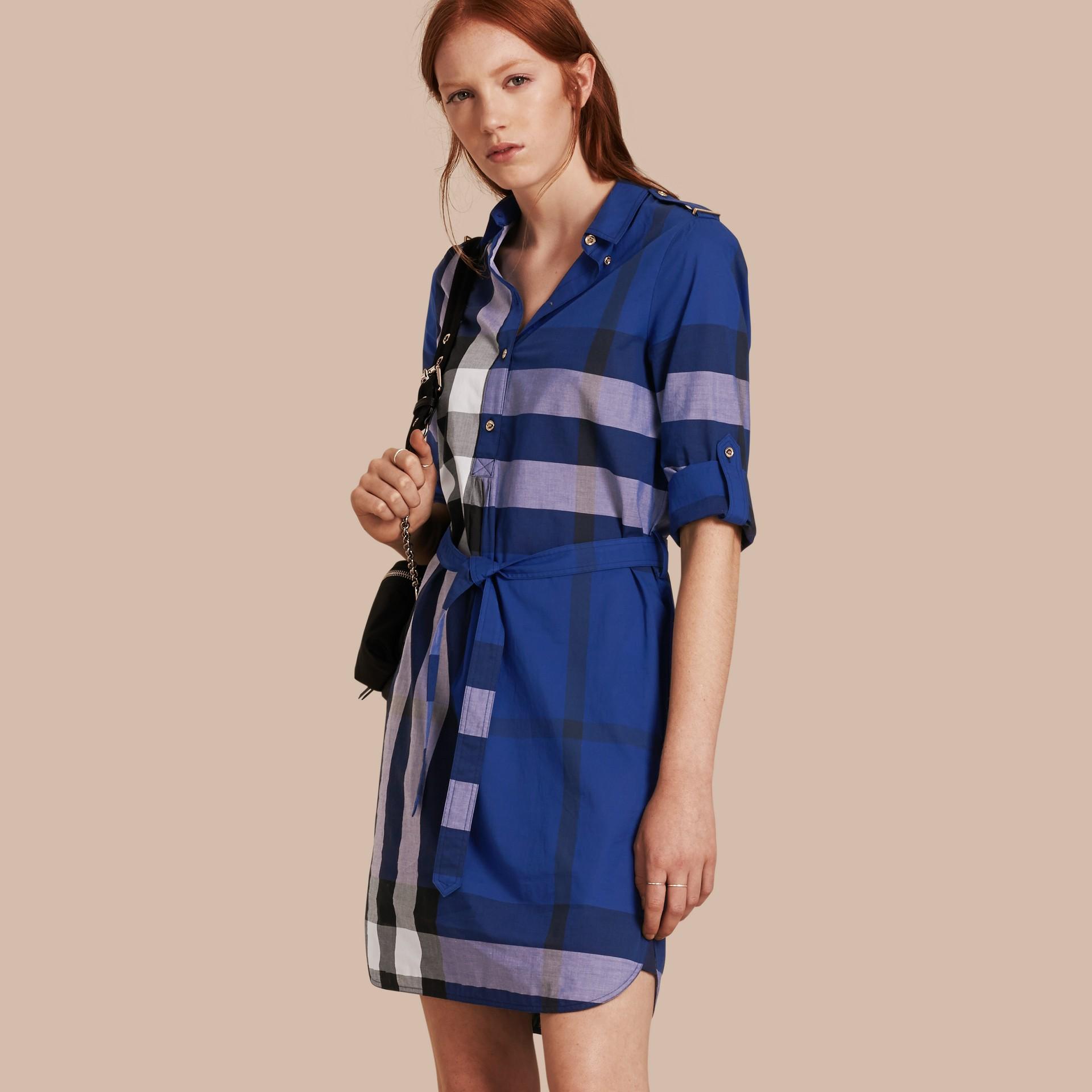 Glänzendes blau Hemdkleid aus Baumwolle im Karodesign Glänzendes Blau - Galerie-Bild 1