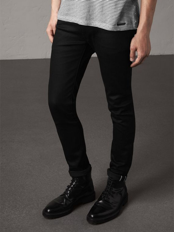 Jeans attillati in denim stretch trattato (Nero)