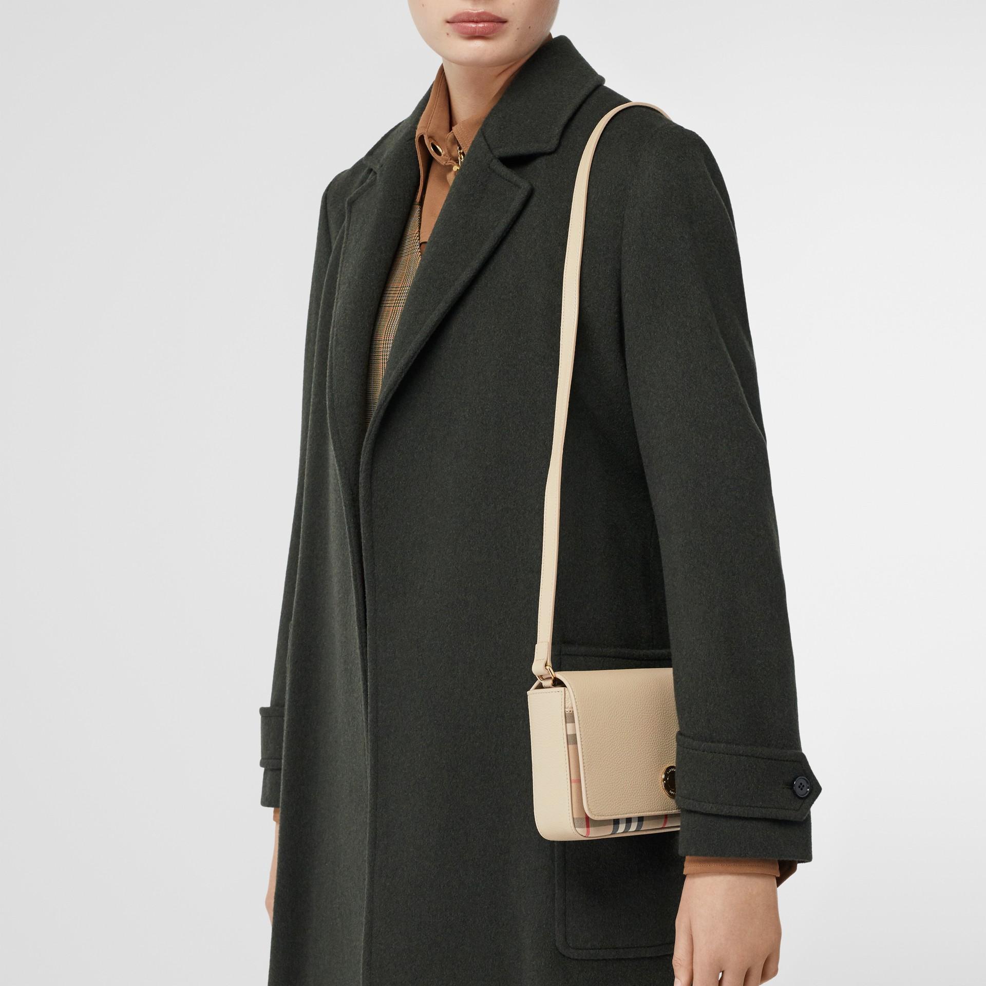 Bolsa transversal de couro e Vintage Check - Pequena (Bege Claro) - Mulheres   Burberry - galeria de imagens 8