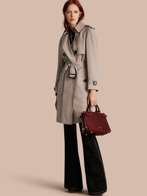 Trench-coat en soie avec détails oversize Taupe Pâle