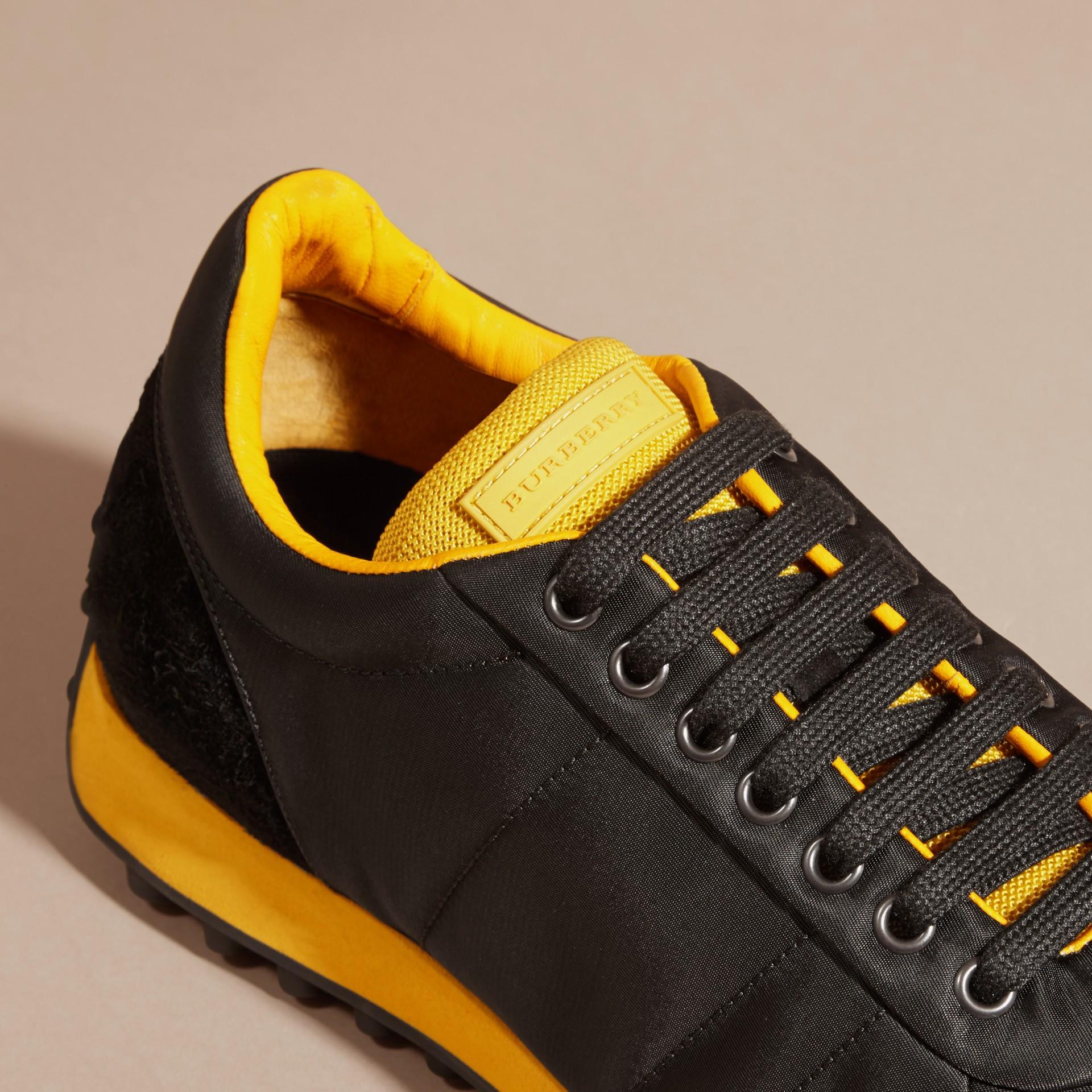 Nero/giallo bruciato Sneaker tecniche con finiture effetto texture Nero/giallo Bruciato - immagine della galleria 2