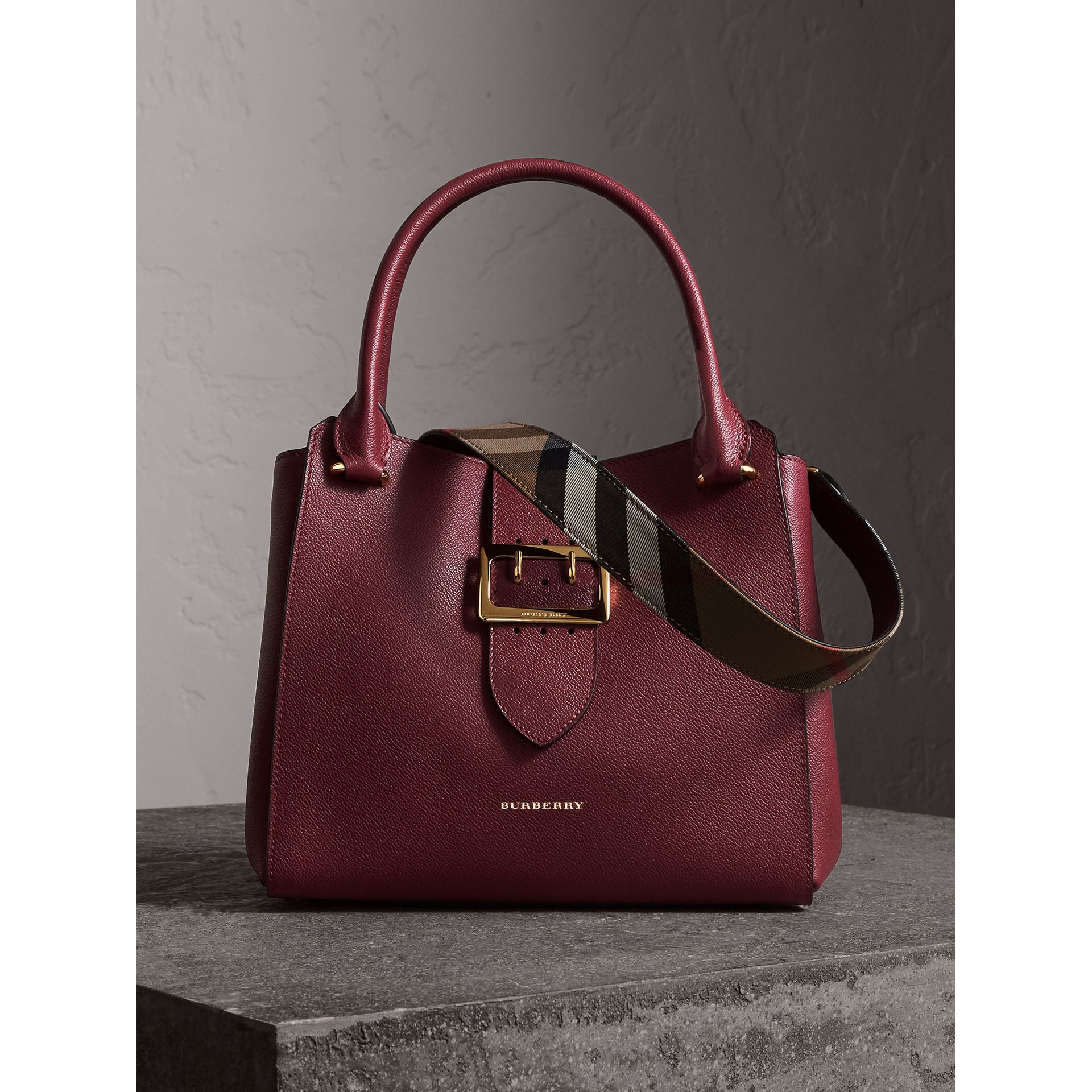 Borsa tote The Buckle media in pelle a grana (Prugna Scuro) - Donna | Burberry - immagine della galleria 1
