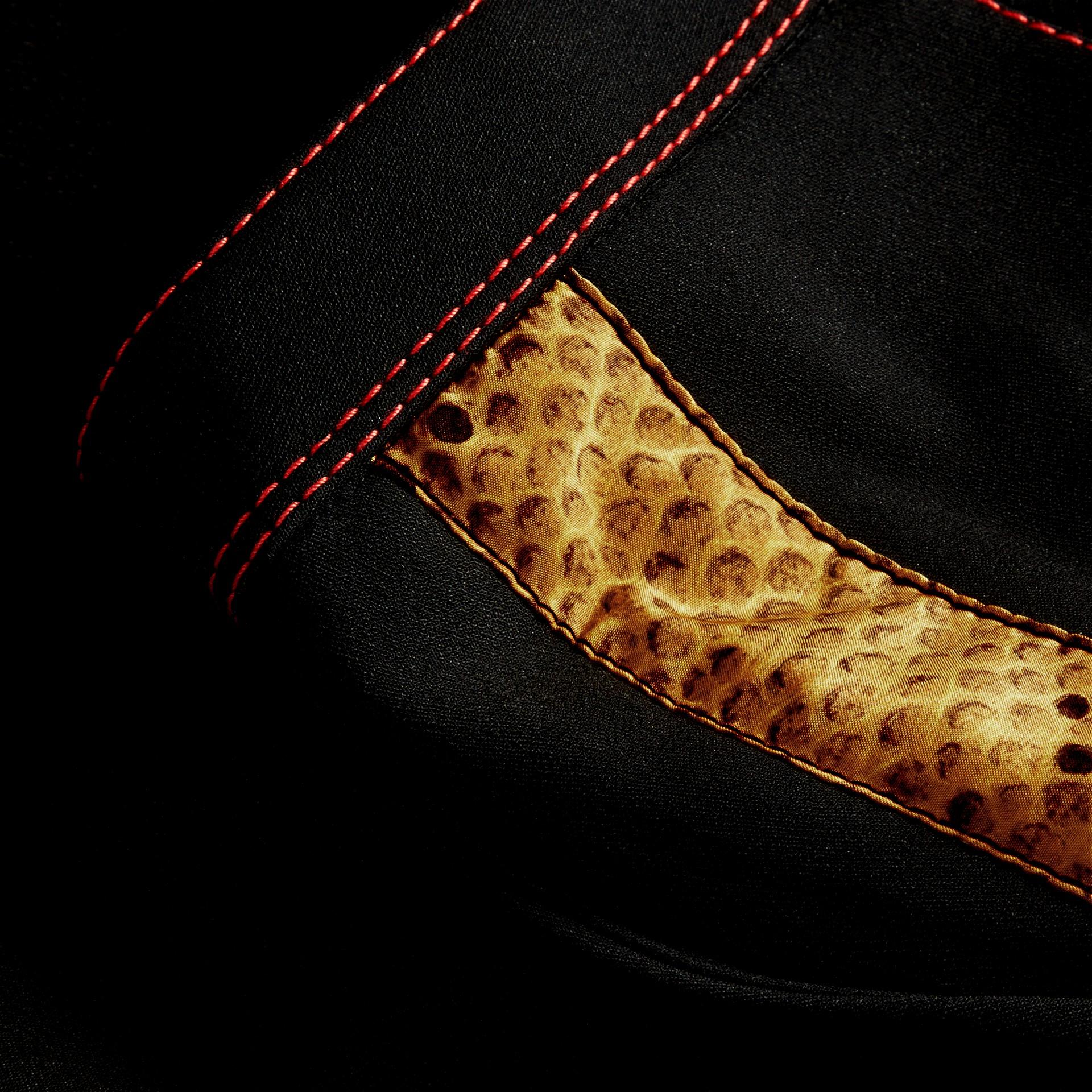 Schwarz Schmal geschnittene Hose mit kürzerer Beinlänge und Pythonmuster - Galerie-Bild 2