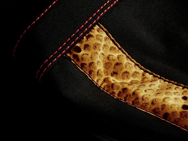 Schwarz Schmal geschnittene Hose mit kürzerer Beinlänge und Pythonmuster - cell image 1