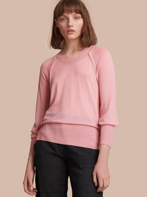 Suéter de cashmere com gola redonda e detalhes de pesponto aberto (Rosa Damasco)