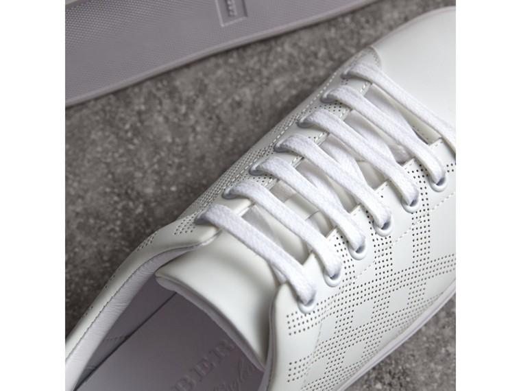 Кожаные кроссовки с перфорацией в клетку (Оптический Белый / Густой Кларет) - cell image 1